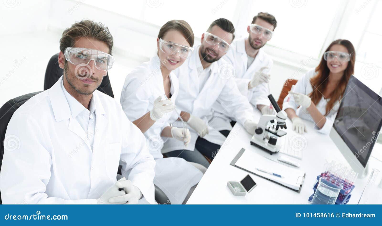 övre sikt modernt ungt forskaresammanträde på arbetsplatsen