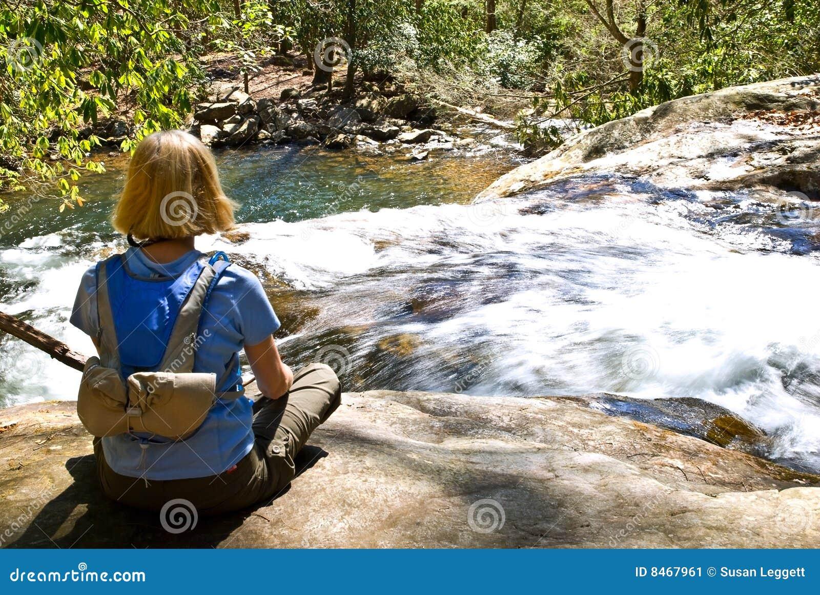 övre vattenfallkvinna för rock