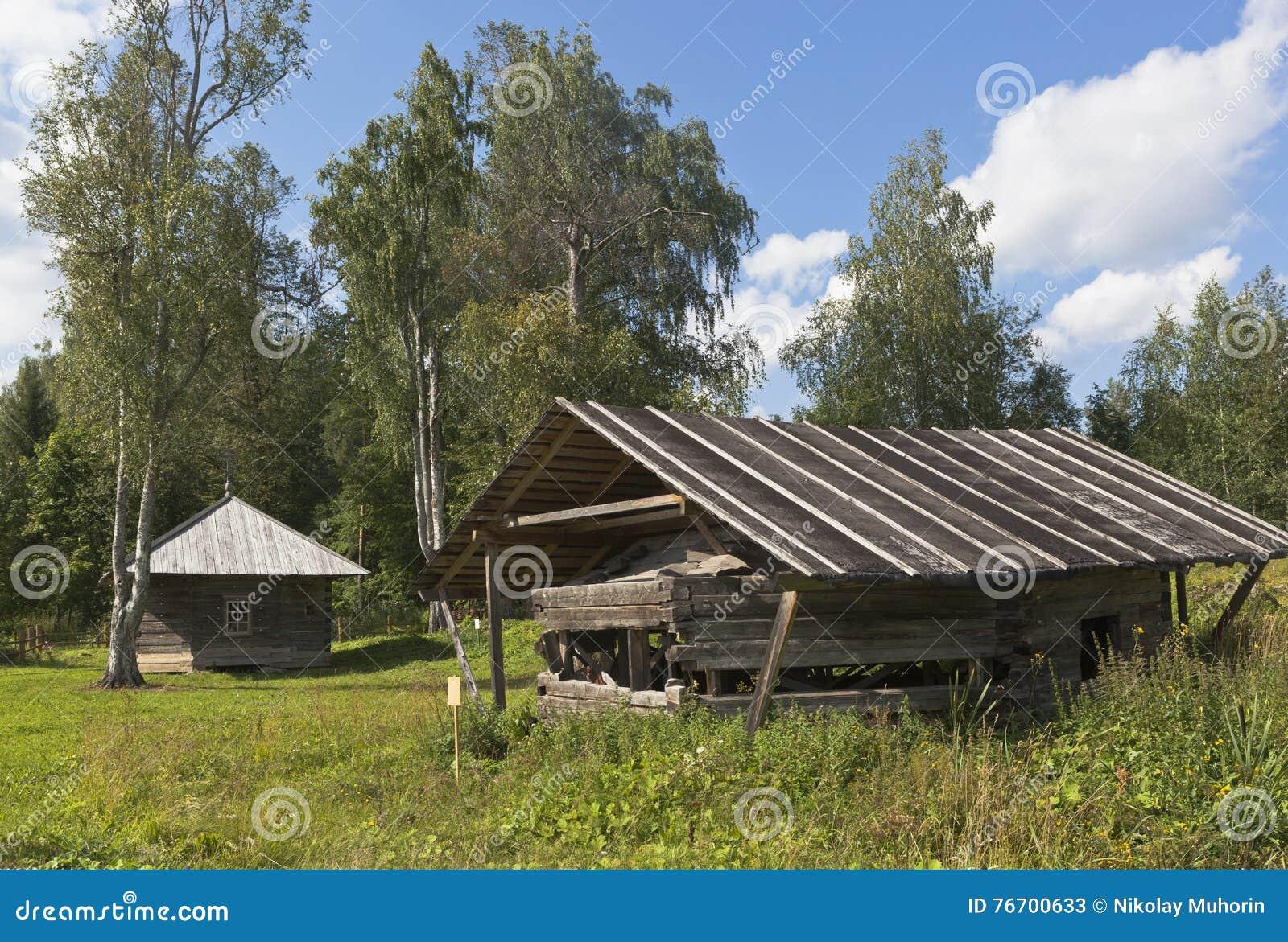 Övreoktogon av kyrkan av Ilya profeten lagras under ett skjul på det kyrkogårdTsypinskom Kirillov området av Vologda regio