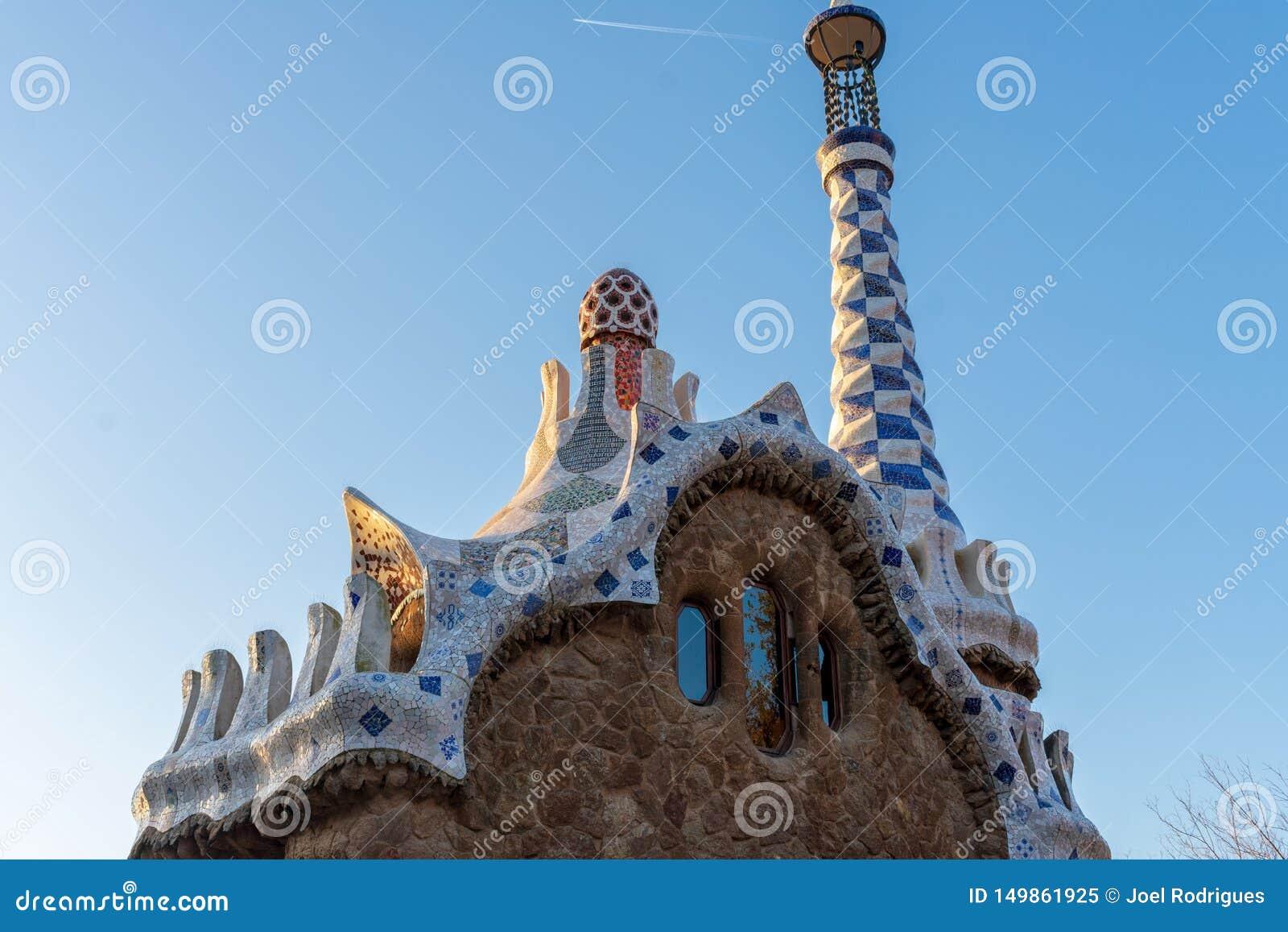 Övresikt av tillträdeet Pavillon på parc Guell i Barcelona på solnedgången