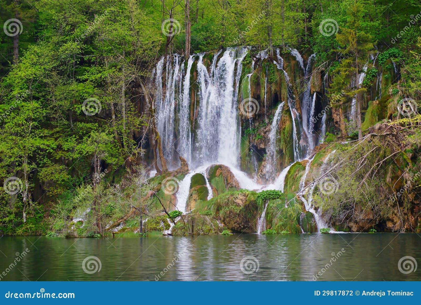 Övrevattenfall på Plitvice Lakes fjädrar in