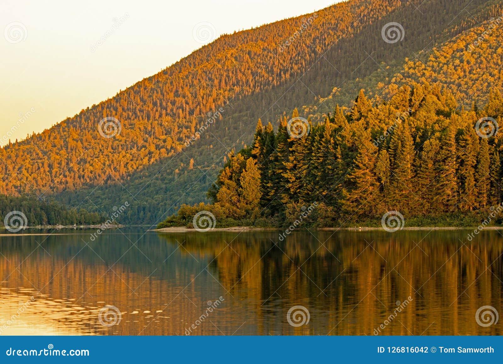 Última luz del día en el lago grande Nictau en el soporte Carleton