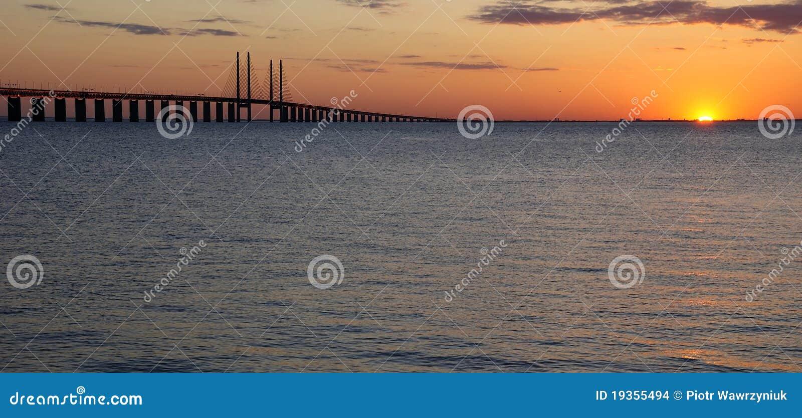 Última luz do sol perto da ponte