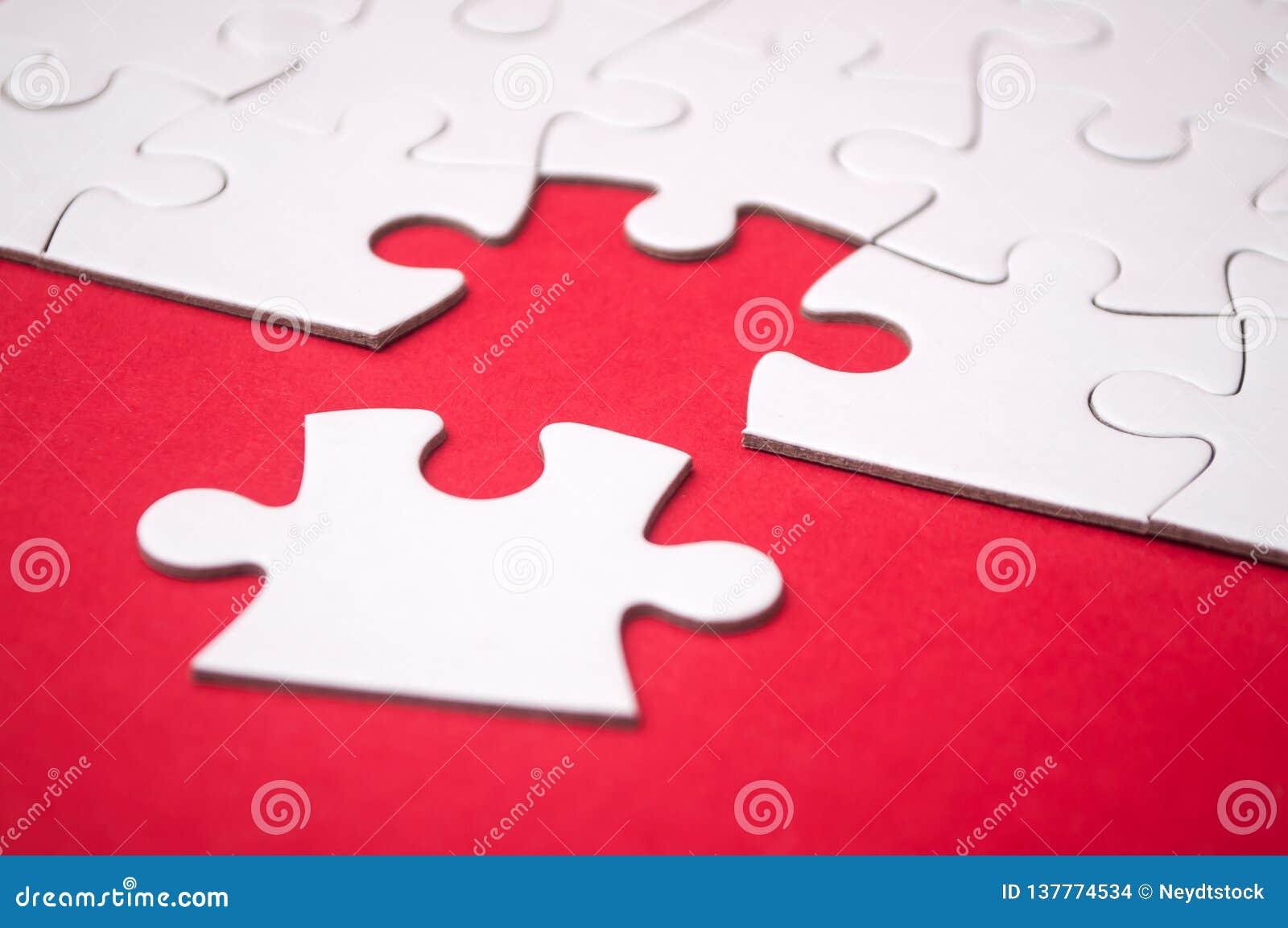 A última parte de enigma de serra de vaivém que falta no fundo vermelho para terminar a missão