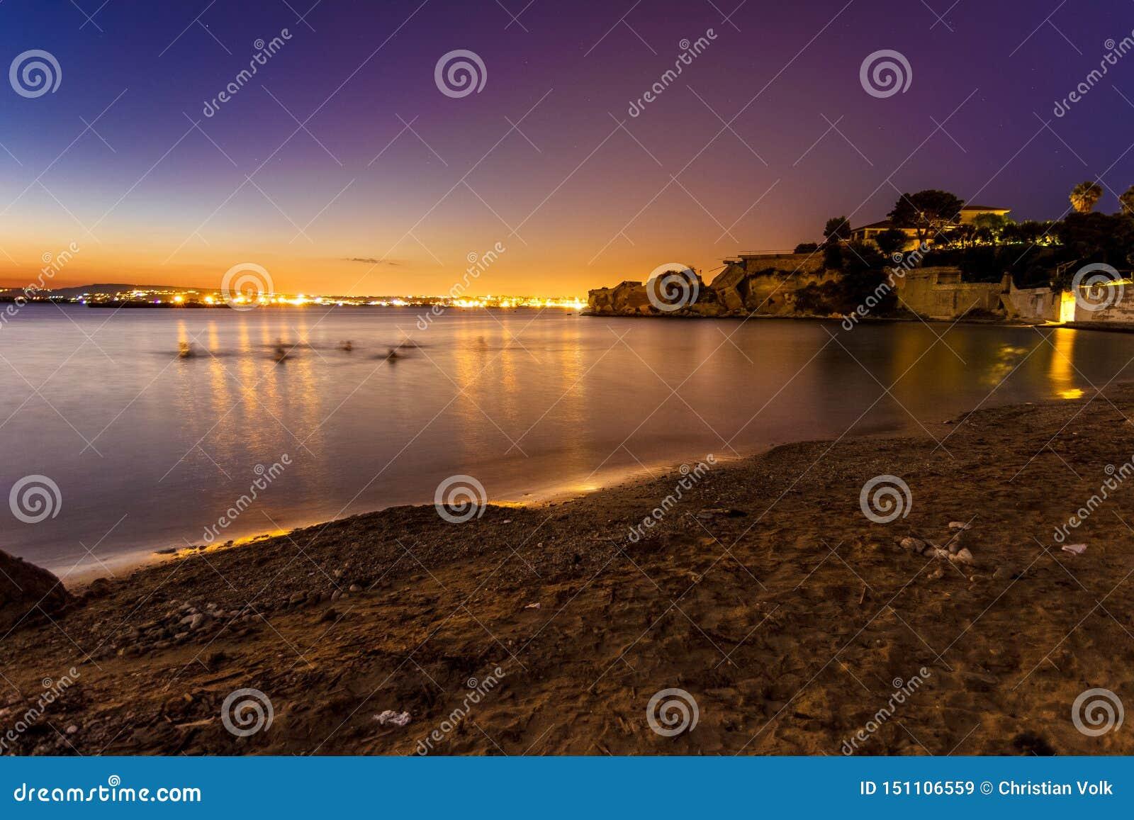 Última puesta del sol con una opinión sobre Syracusa, Sicilia
