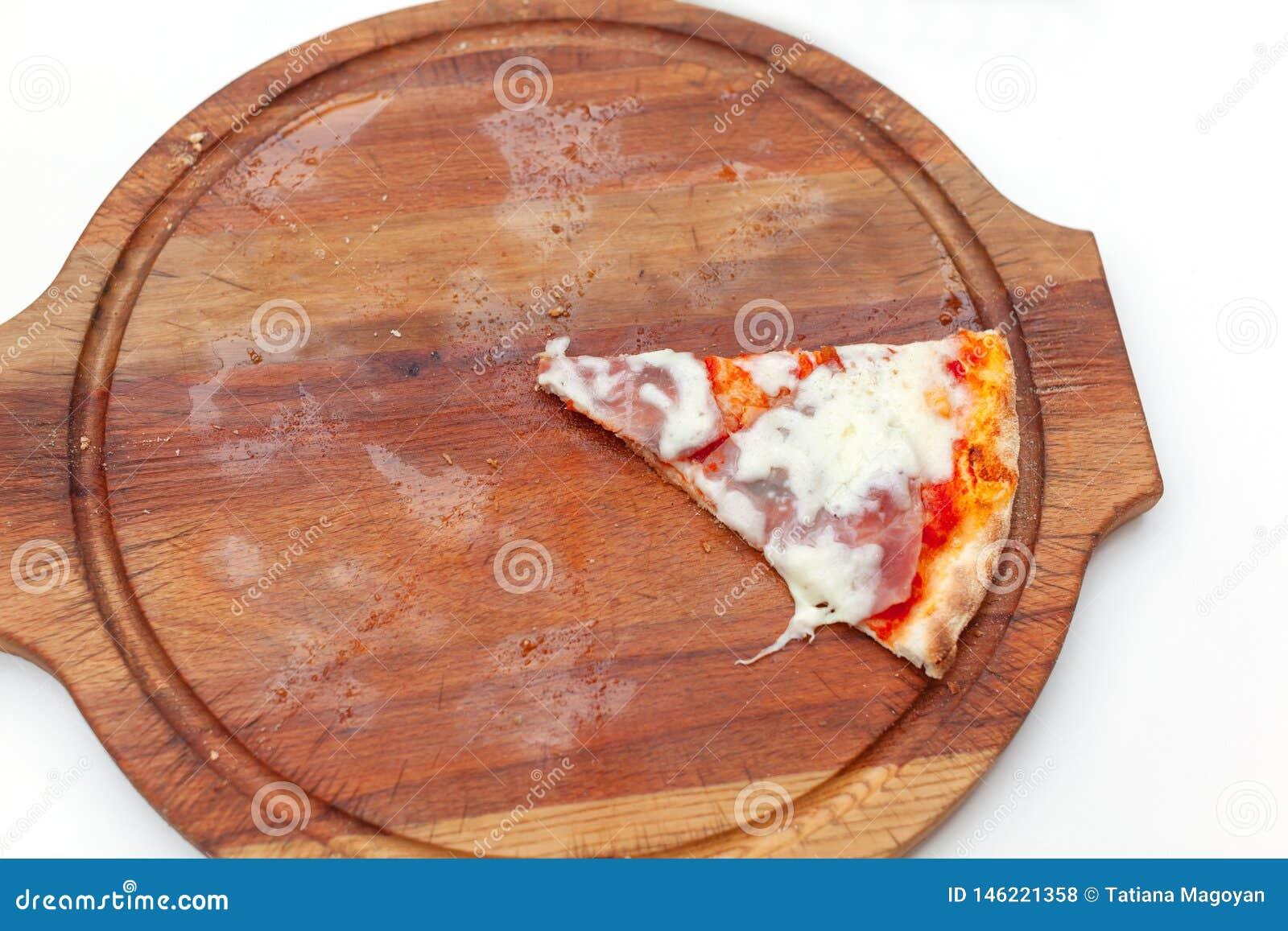 Última uma fatia de pizza italiana deliciosa com presunto e queijo na placa de madeira na tabela branca Tempo da pizza Vista supe