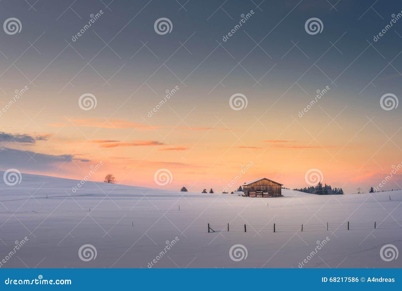 Única cabana no céu do por do sol do arrebol da tarde