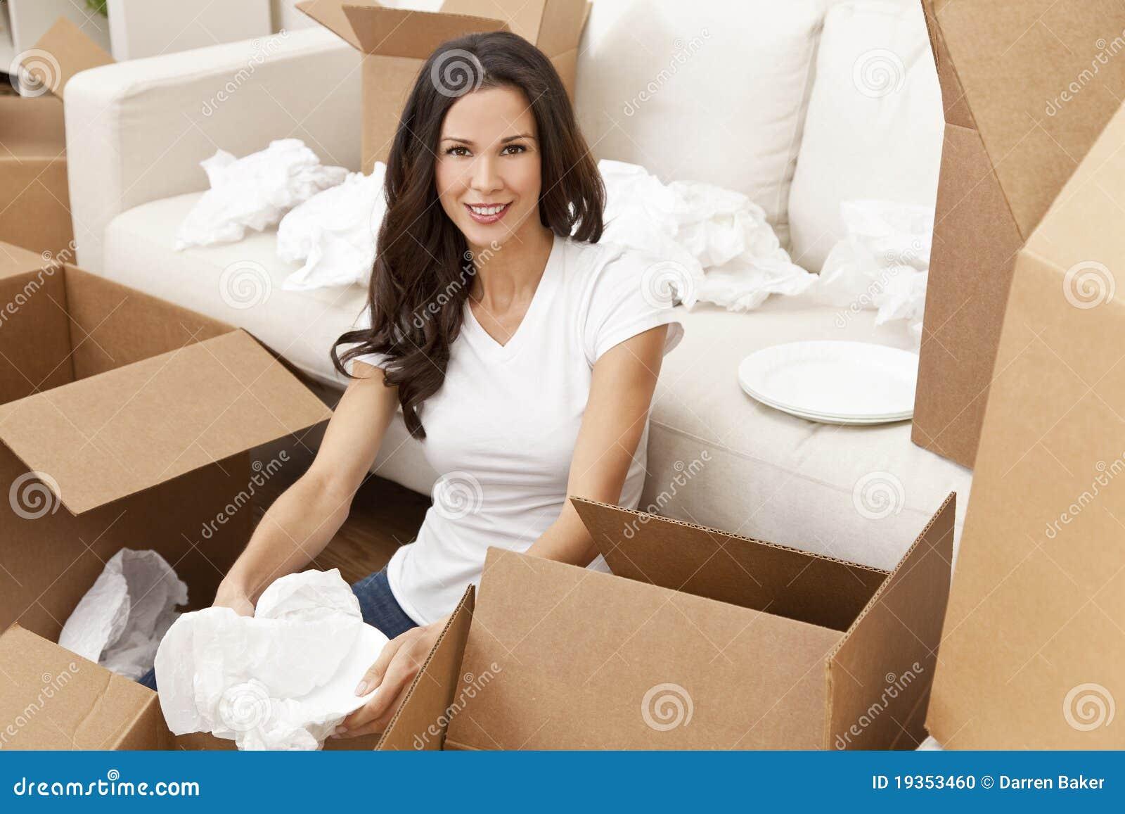 Única mulher que desembala as caixas que movem a casa