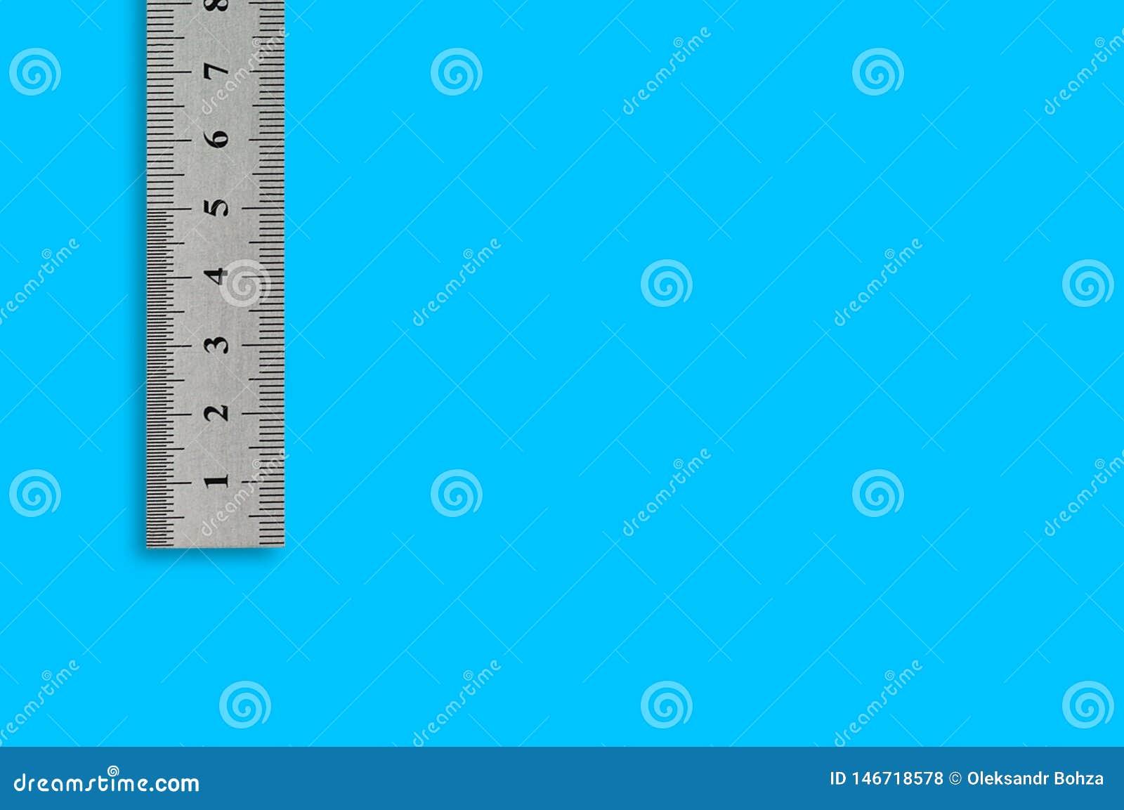 Única régua de precisão do metal com dígitos e escala no fundo azul
