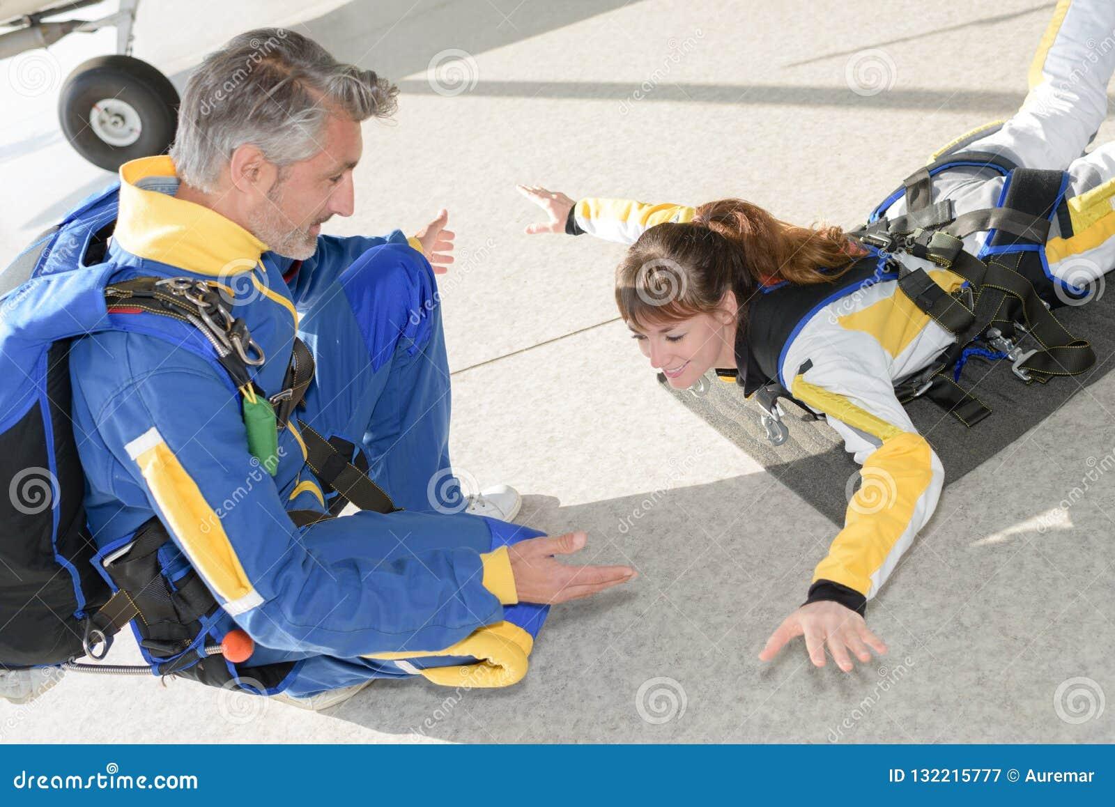 Übende Position Dame für Fallschirmabsprung