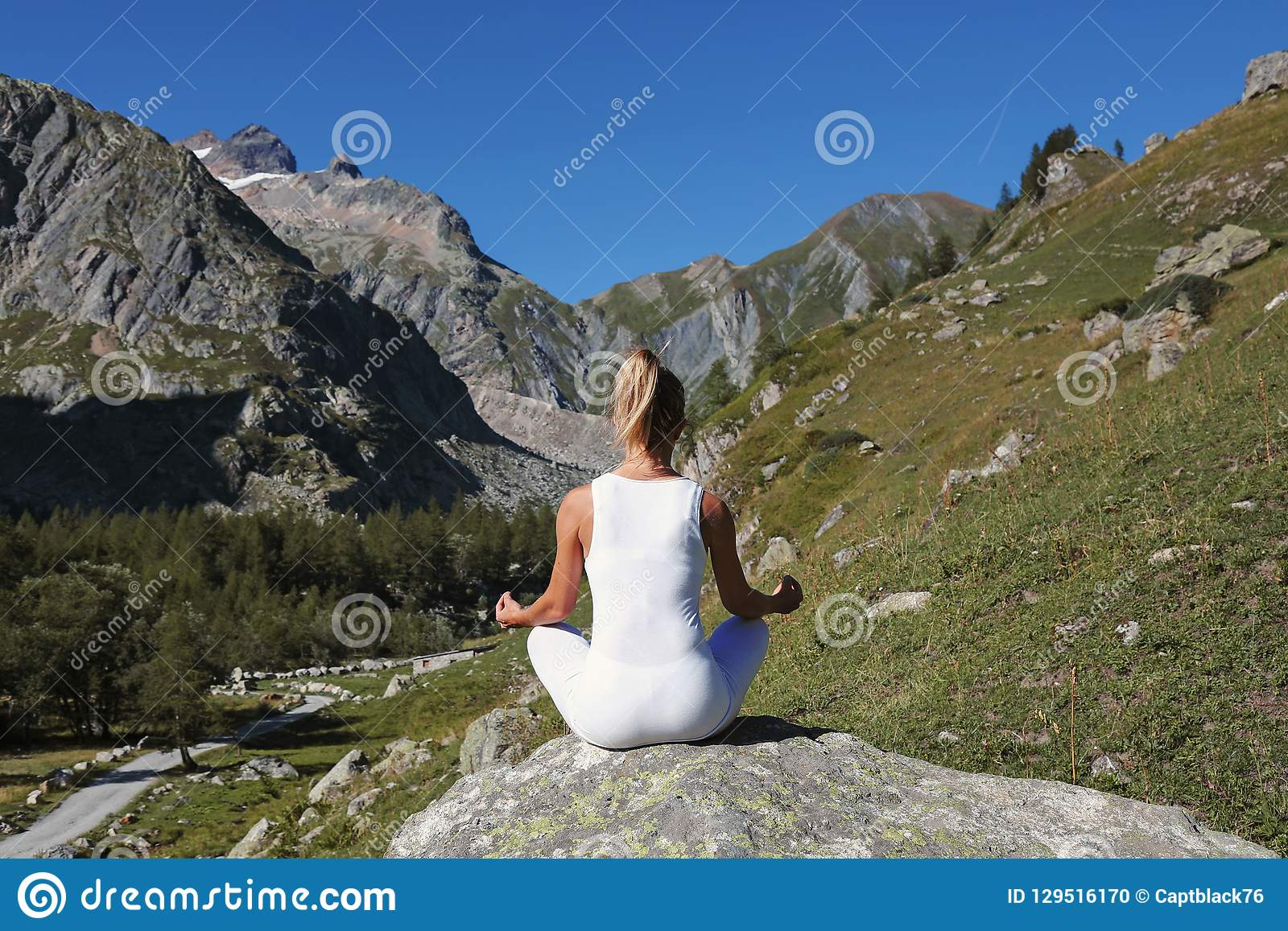 Übendes Yoga der Frau in Lotussitz