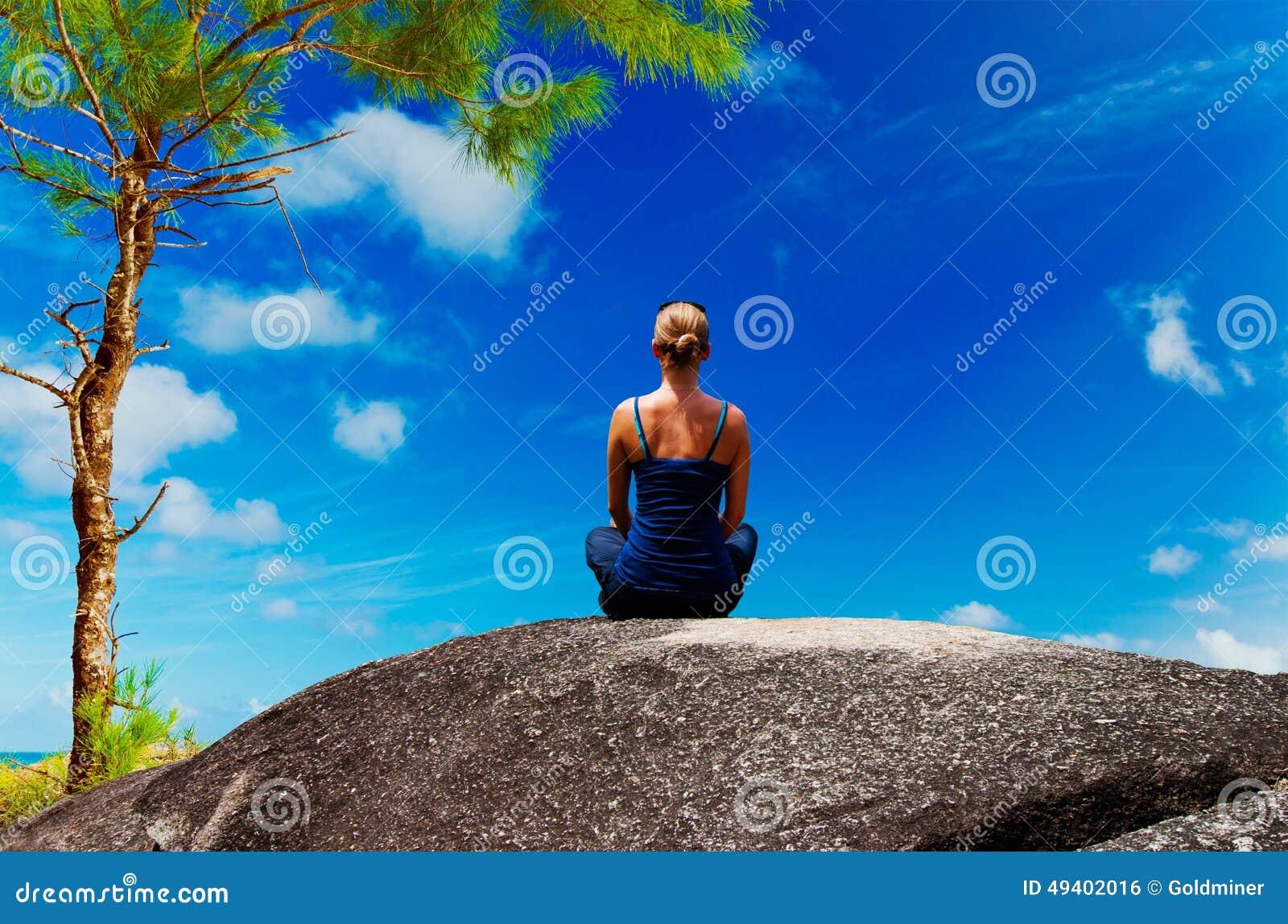 Download Übendes Yoga Der Jungen Frau Auf Dem Felsen Stockfoto - Bild von strand, schönheit: 49402016
