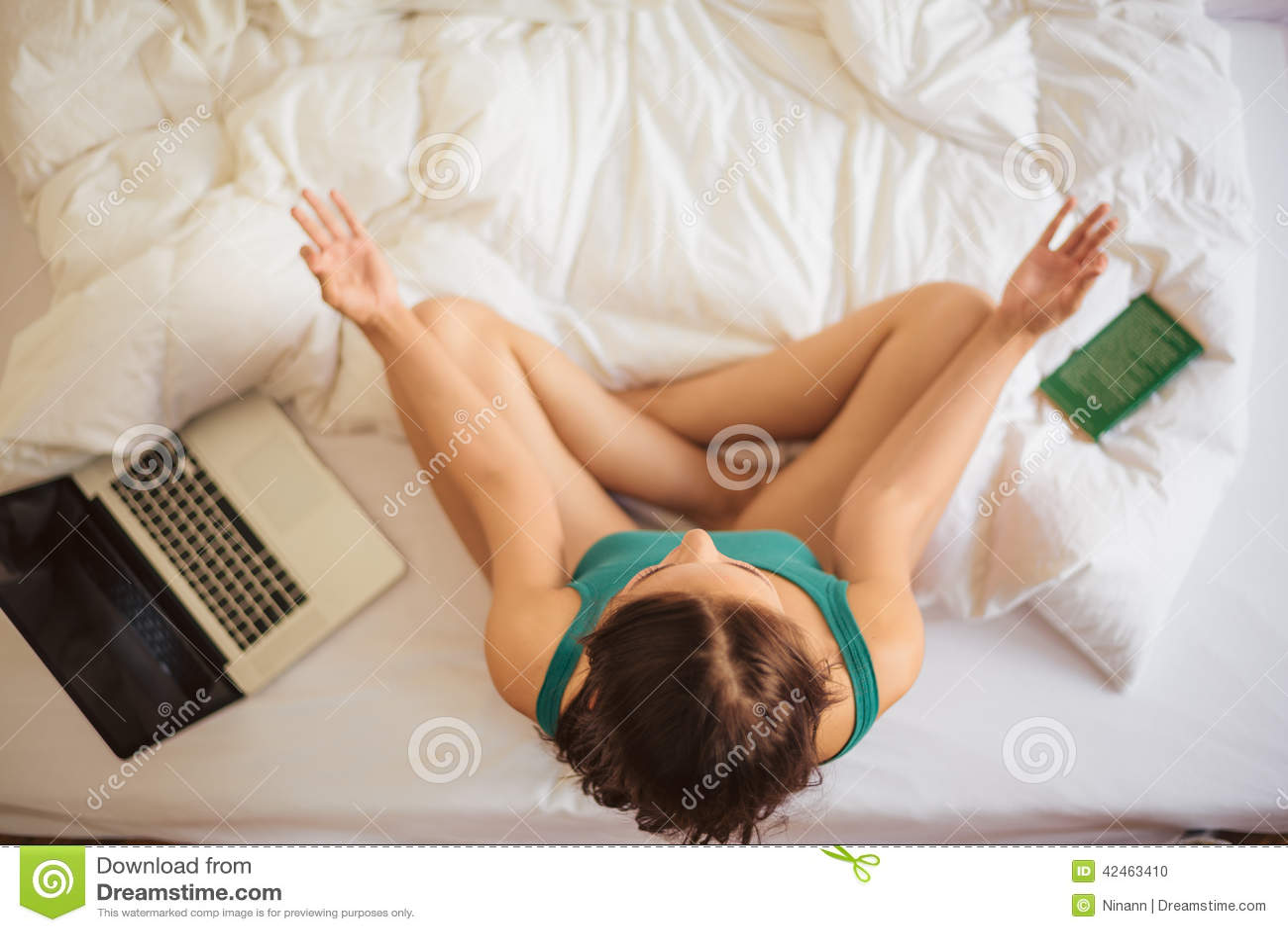 Übendes Yoga im Bett