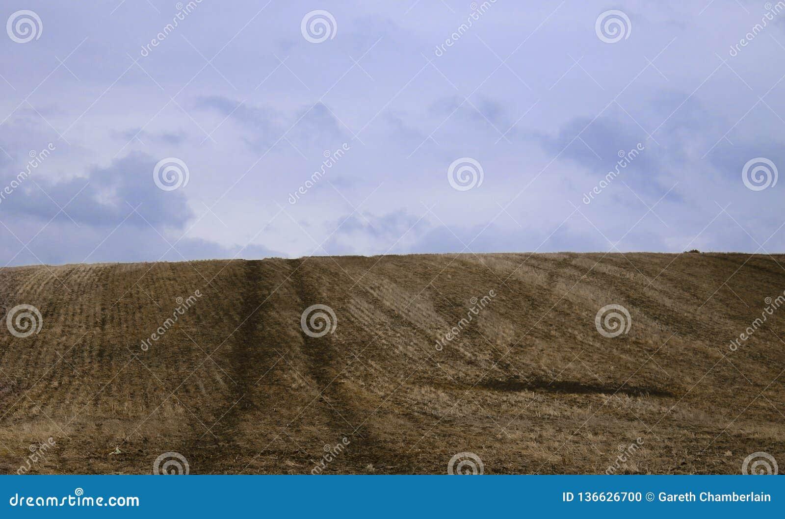 Über dem Hügel ist blaue Himmel für immer