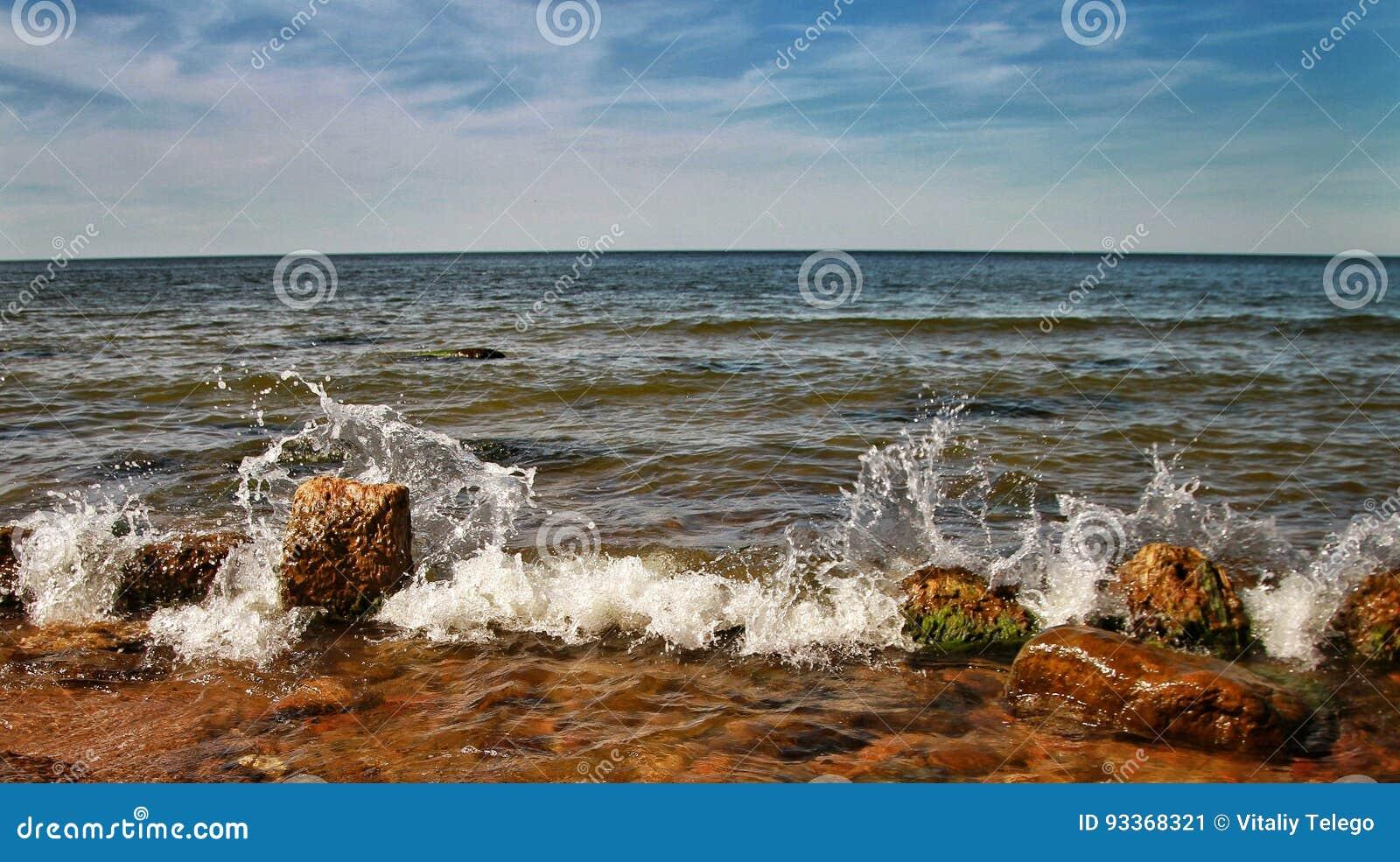 Über dem Meer ist eine Wolke von Wolken, sonniger Tag A in der Ostsee