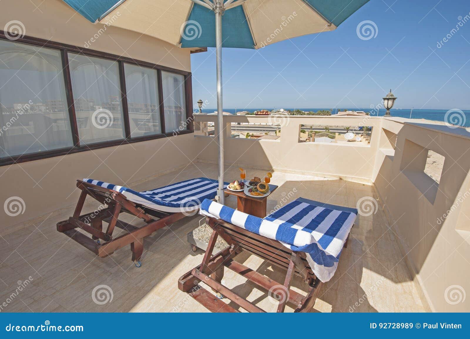 Überdachen Sie Terrasse Mit Sonnenbetten In Der Luxuswohnung ...