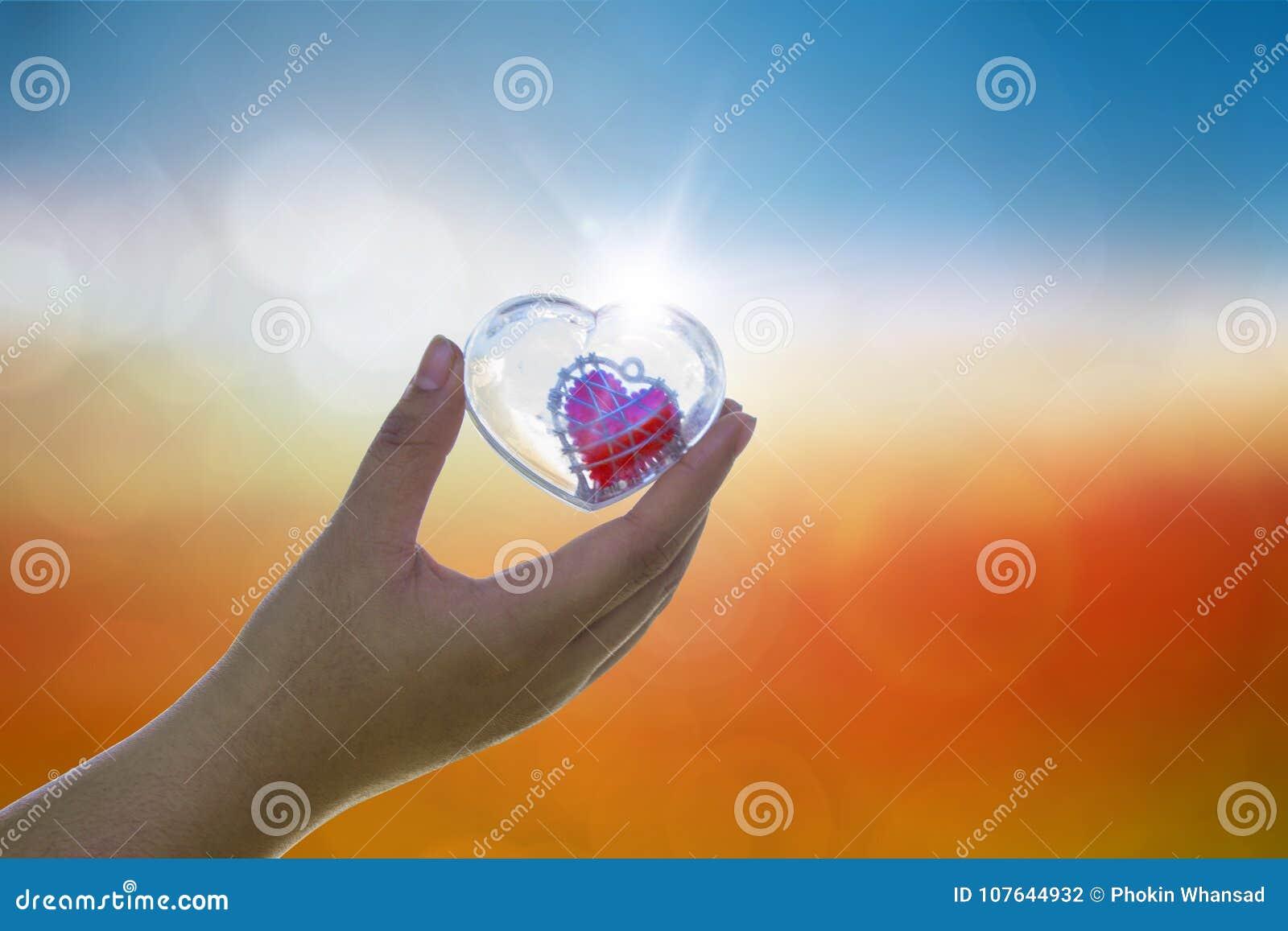 Übergeben Sie archiviert Liebesliebhaber oder gibt Valentinsgrüßen Geschenk unter warmem Li