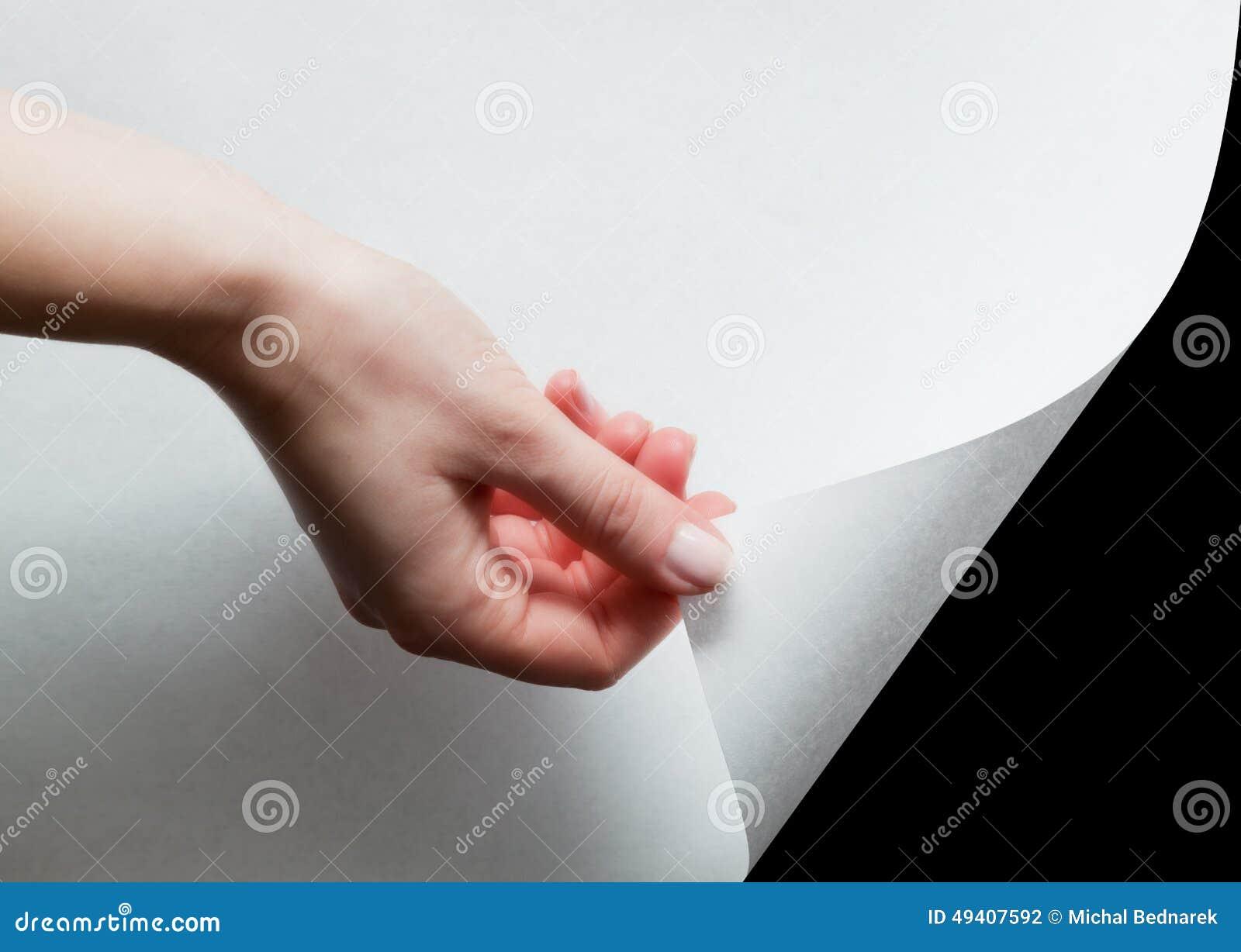 Download Übergeben Sie Das Ziehen Einer Papierecke, Um Aufzudecken, Decken Sie Etwas Auf Stockfoto - Bild von schale, dokument: 49407592