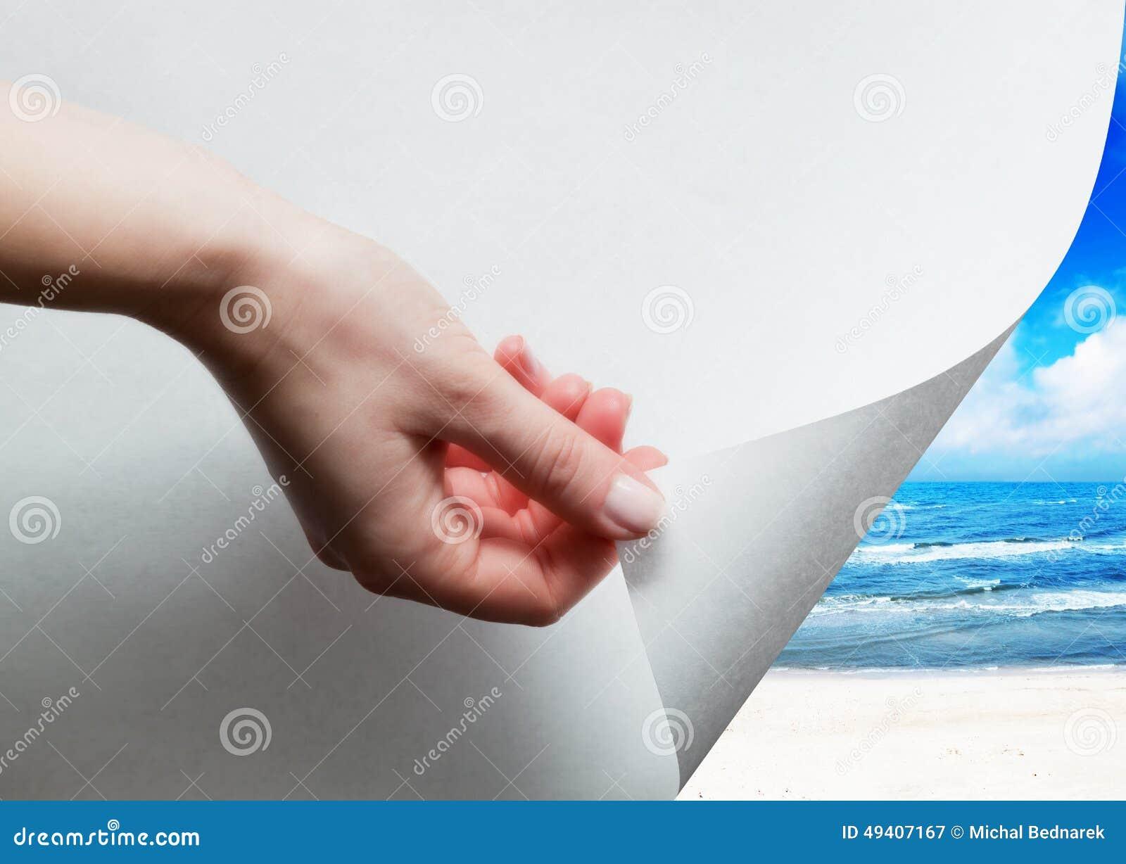 Download Übergeben Sie Das Ziehen Einer Papierecke, Um Sonnigen Strand Freizulegen Stockbild - Bild von rotation, auslegung: 49407167