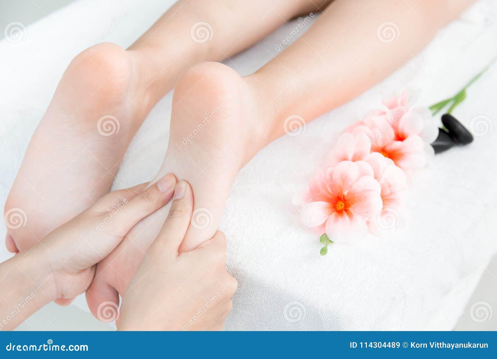 Übergeben Sie Presse am Fuß-Massage- und Badekurortkonzept
