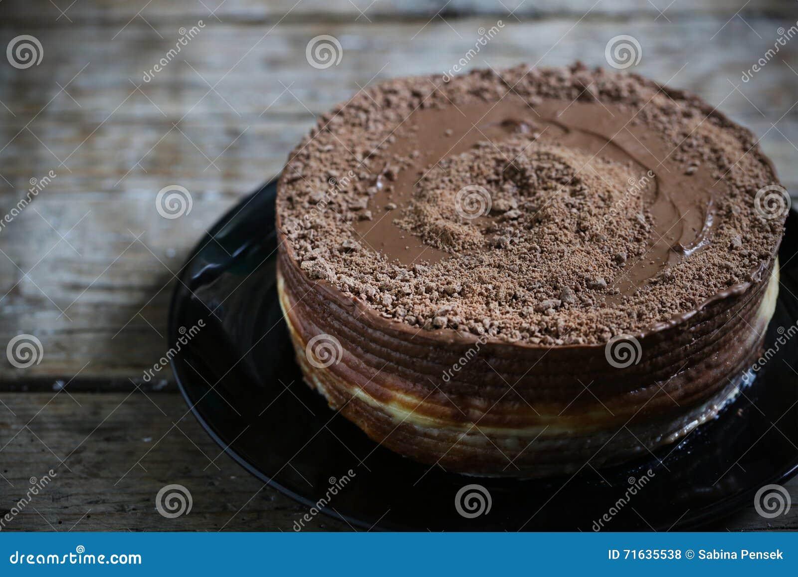 Uberlagerter Kuchen Der Milchschokolade Mit Weisser Sahnefullung