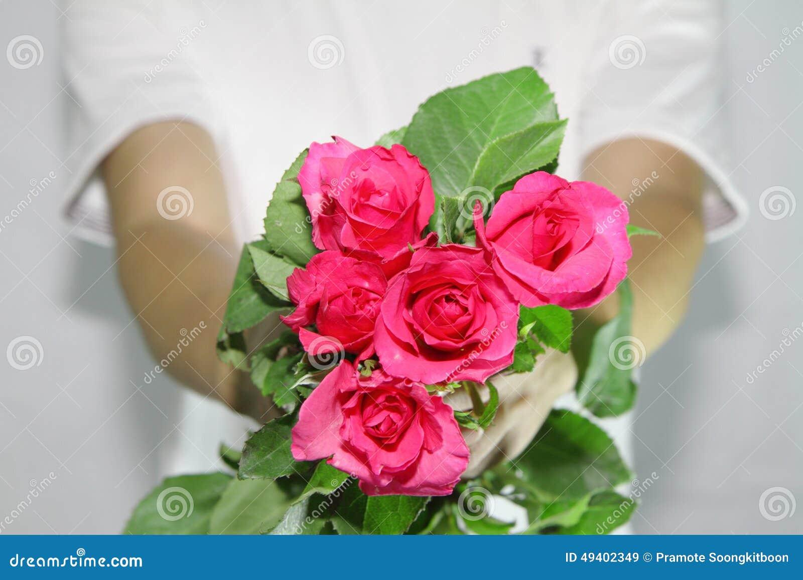Download Überliefern Sie Die Rosen Zu Ihnen Stockbild - Bild von blume, jahrestag: 49402349