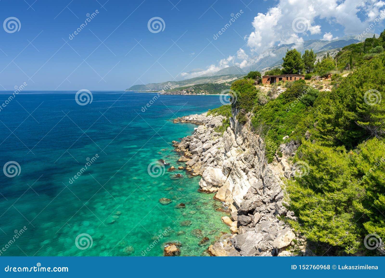 Überraschende felsige Küste in Himare auf albanischem Riviera, Albanien