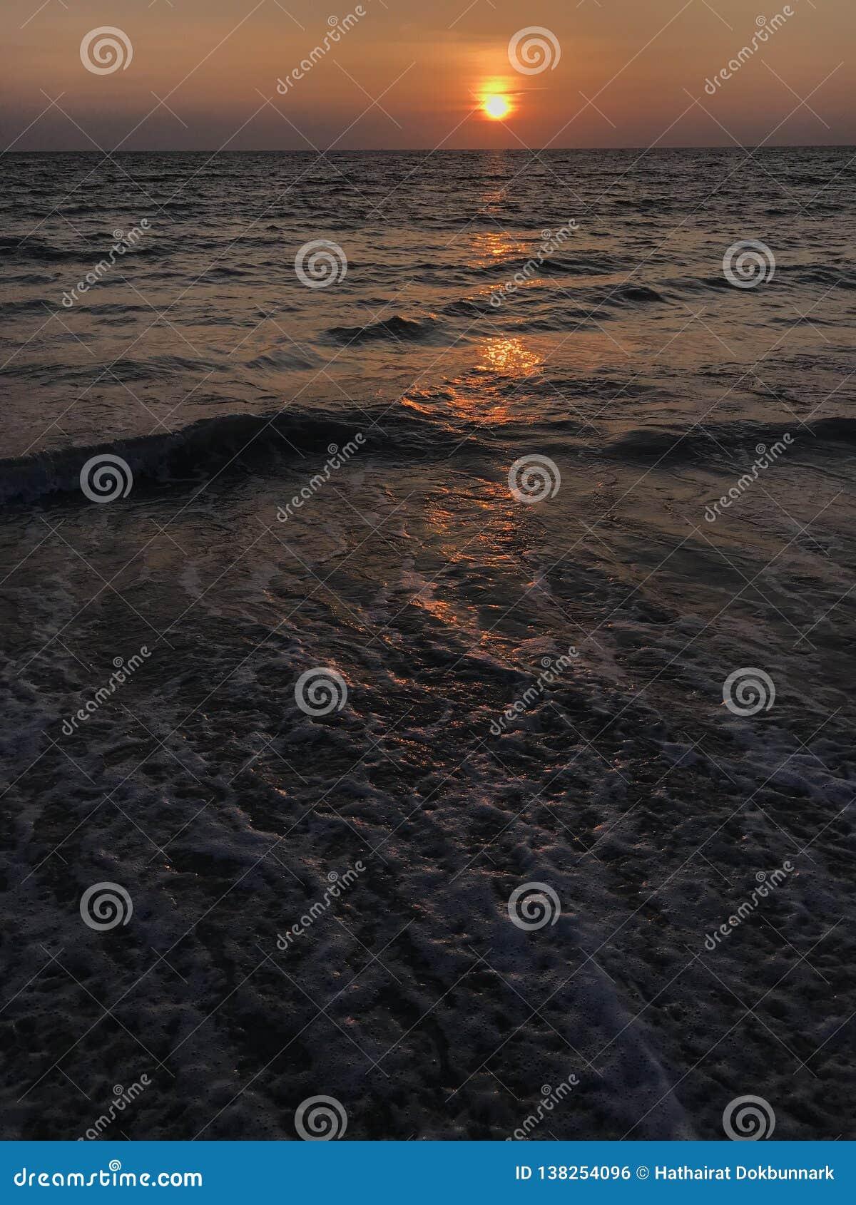 Überraschende Sonnenuntergangszene an Phuket-Strand, Thailand
