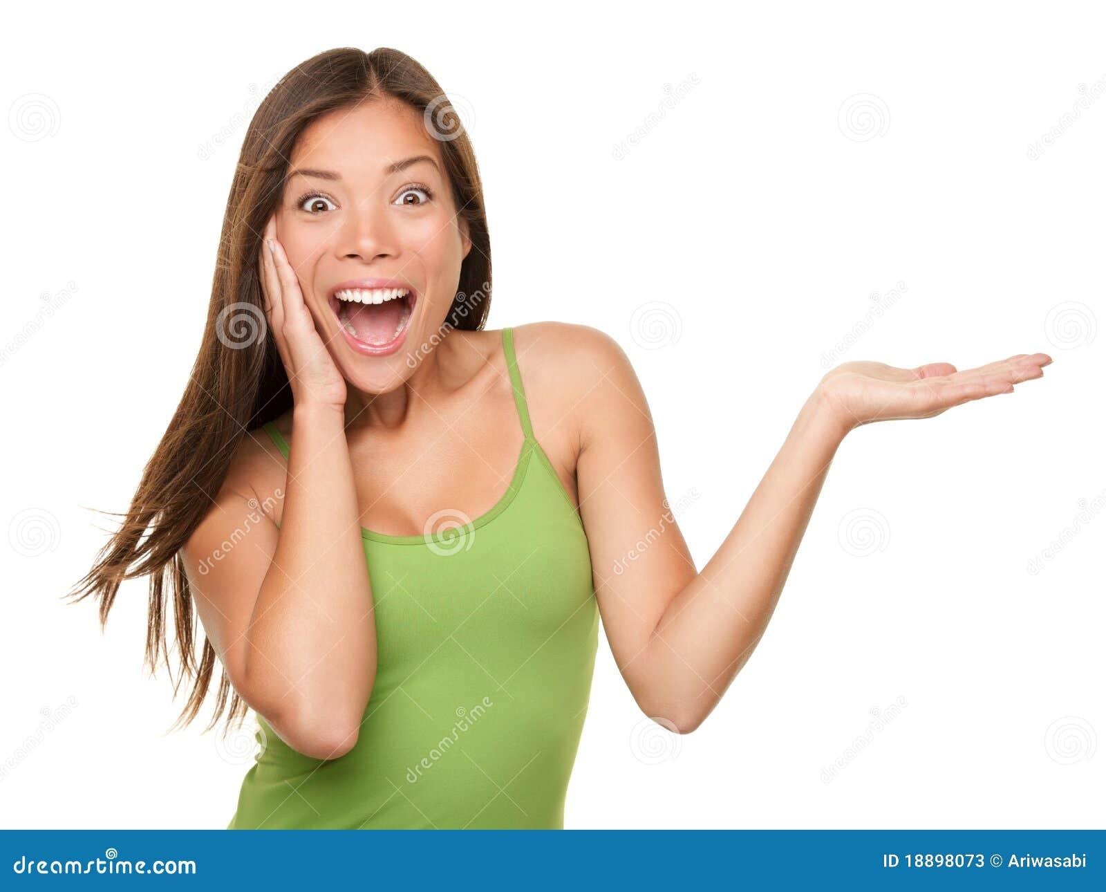 Überraschte Frau, die Produkt zeigt