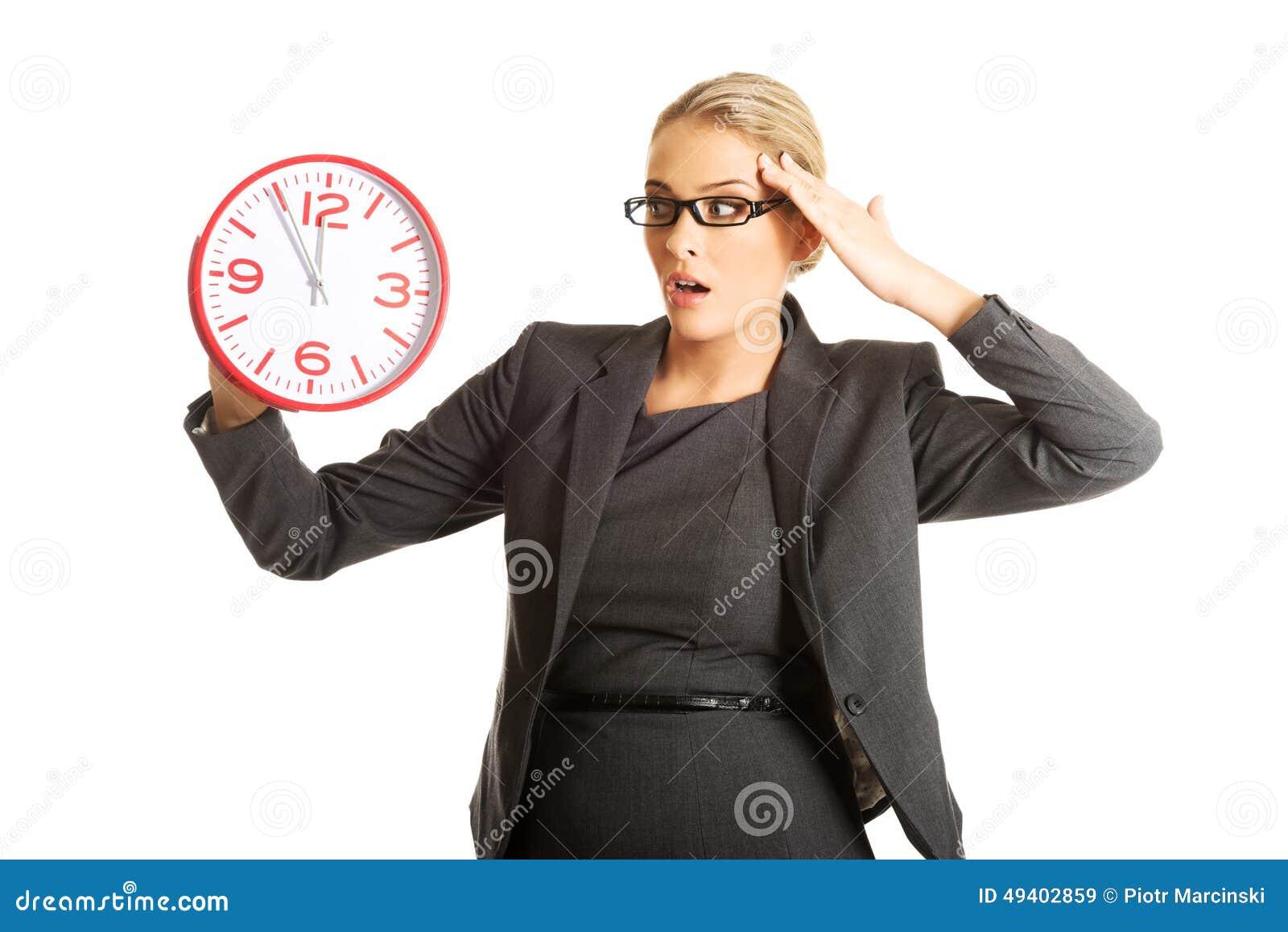 Download Überraschte Geschäftsfrau, Die Eine Große Uhr Hält Stockbild - Bild von geschäft, holding: 49402859