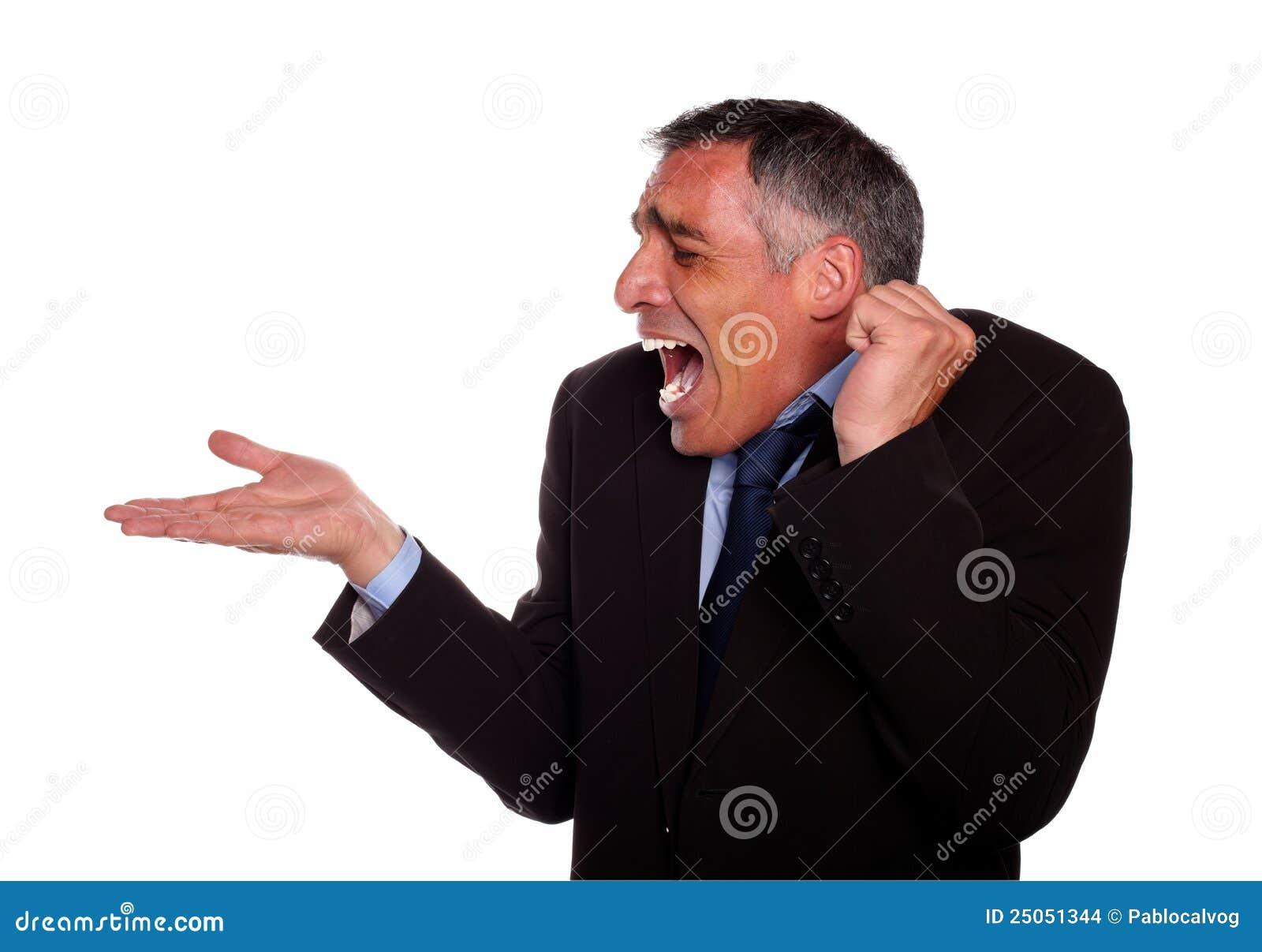 Überraschter erwachsener Mann mit entfalteter rechter Hand