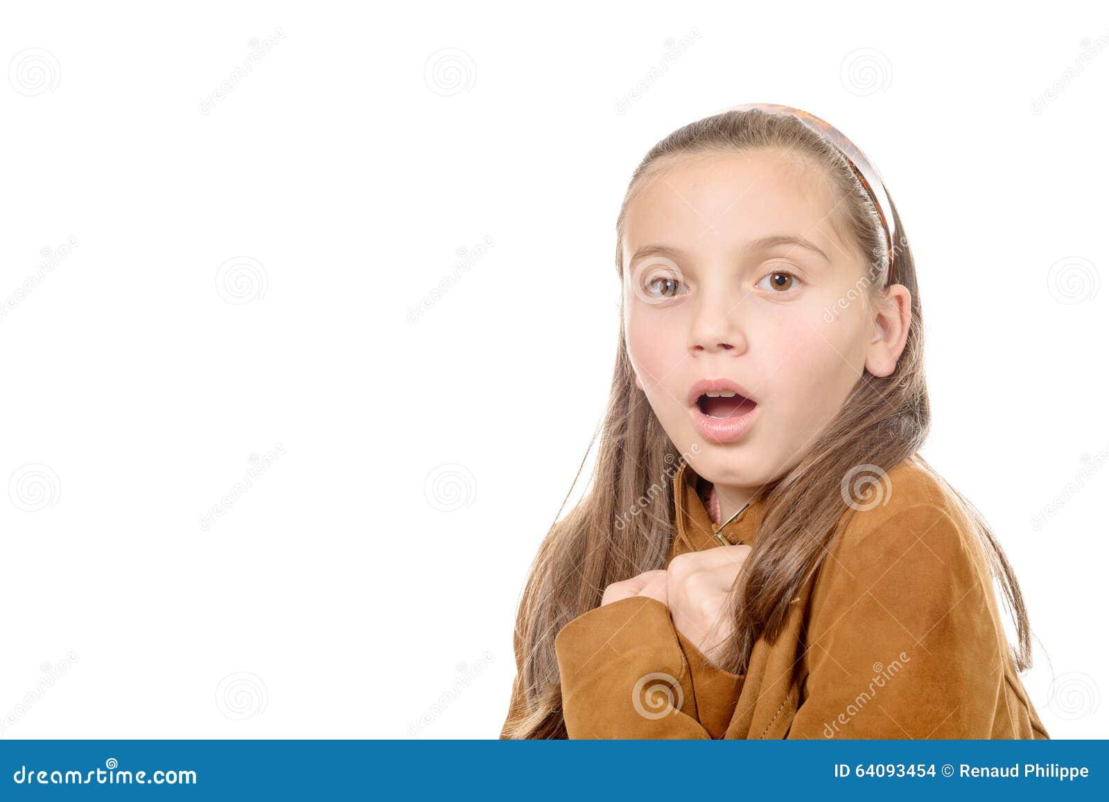 Überraschter schöner Jugendlicher auf weißem Hintergrund