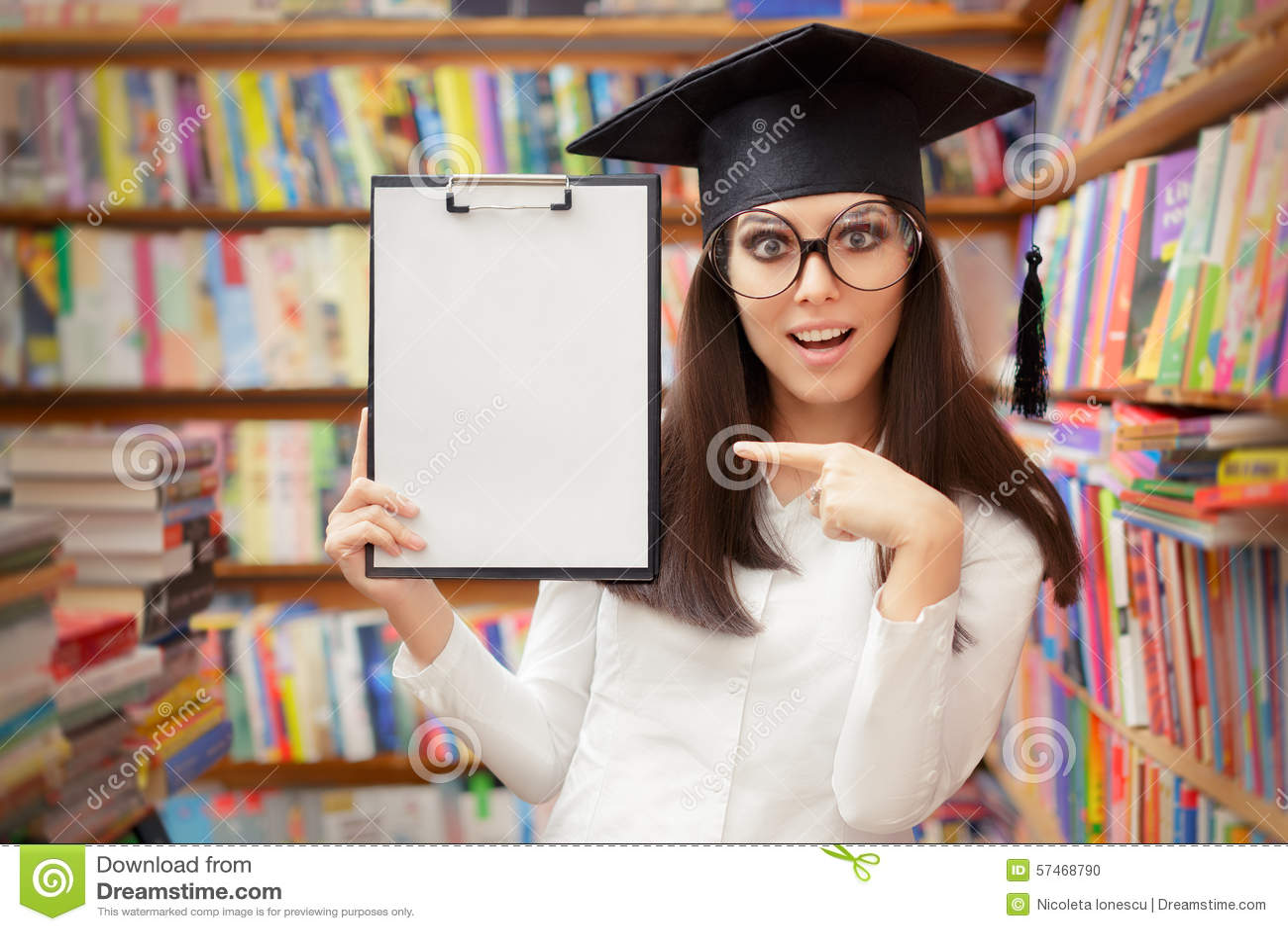 Überraschter Schüler Holding Blank Clipboard