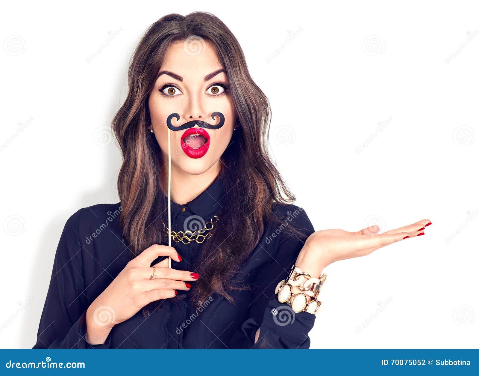 Überraschtes Mädchen, das lustigen Schnurrbart auf Stock hält