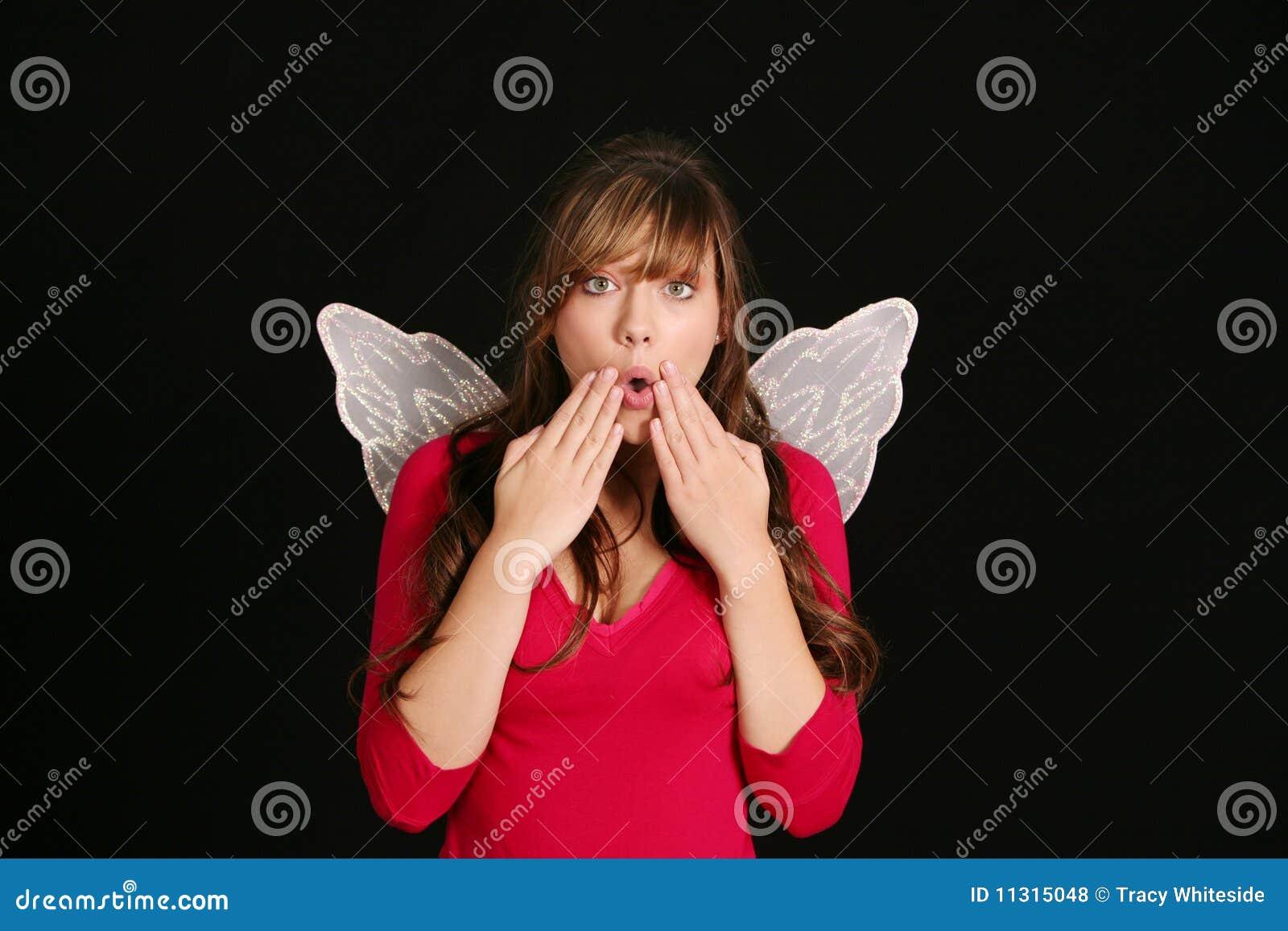 Überraschtes Mädchen in den feenhaften Flügeln