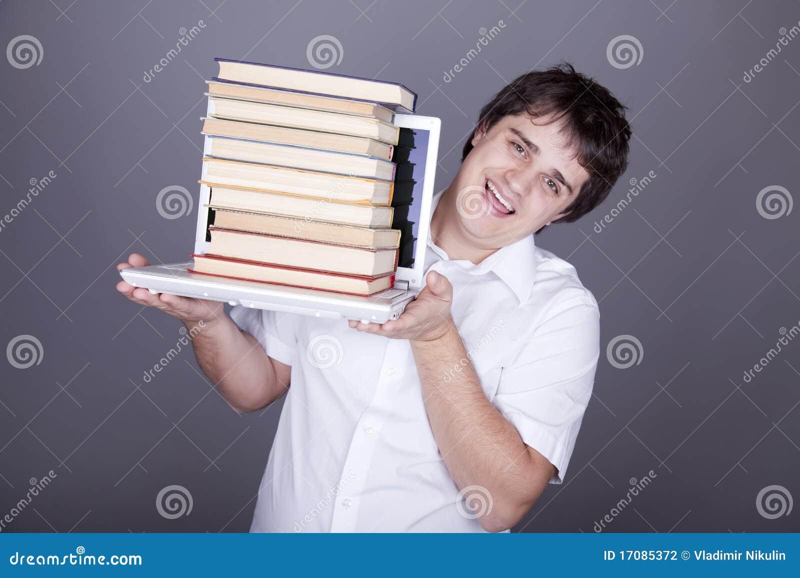 Überraschungsmänner mit Büchern und weißem Notizbuch.