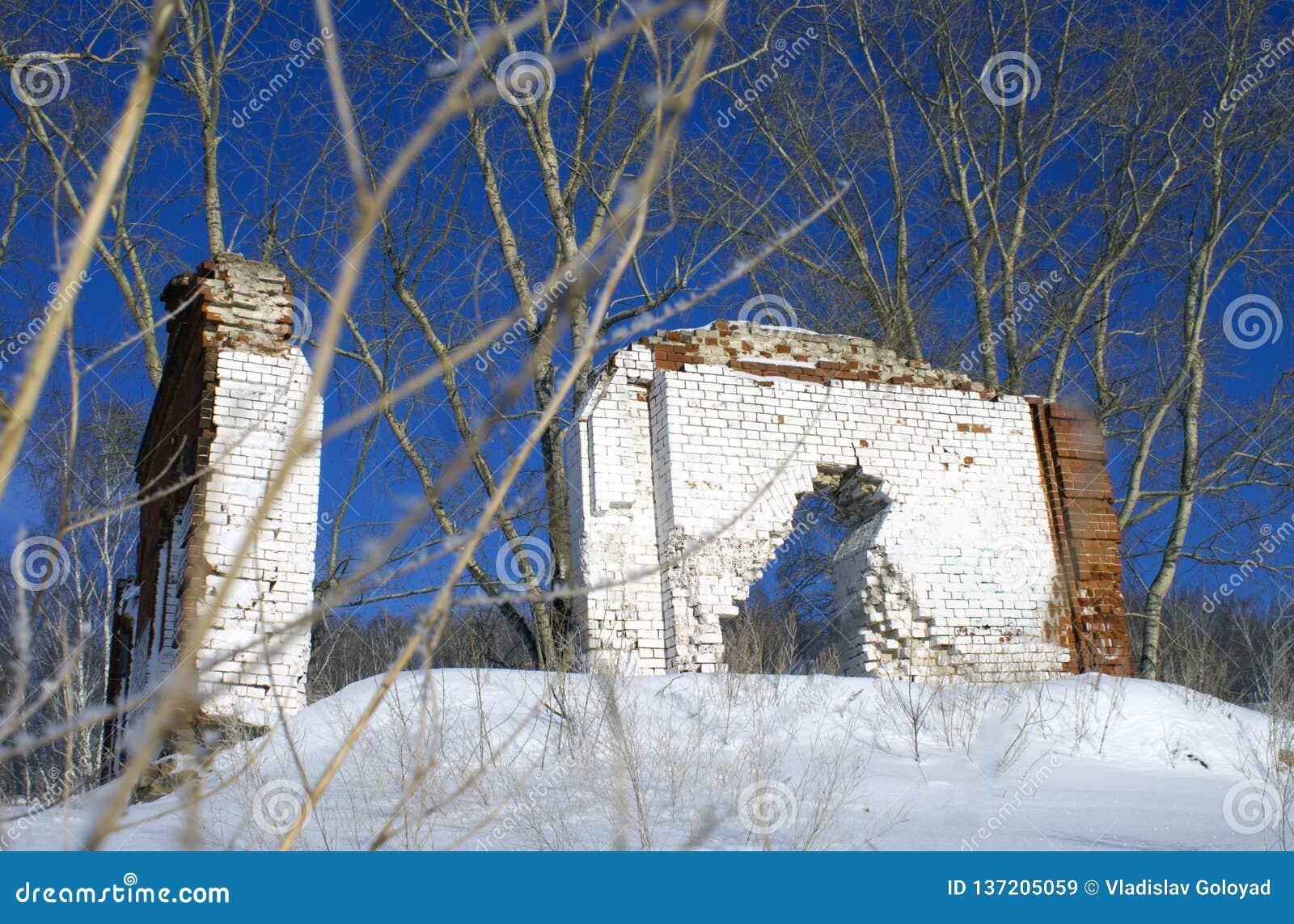 Überreste eines ruinierten Hauses auf einem Berg