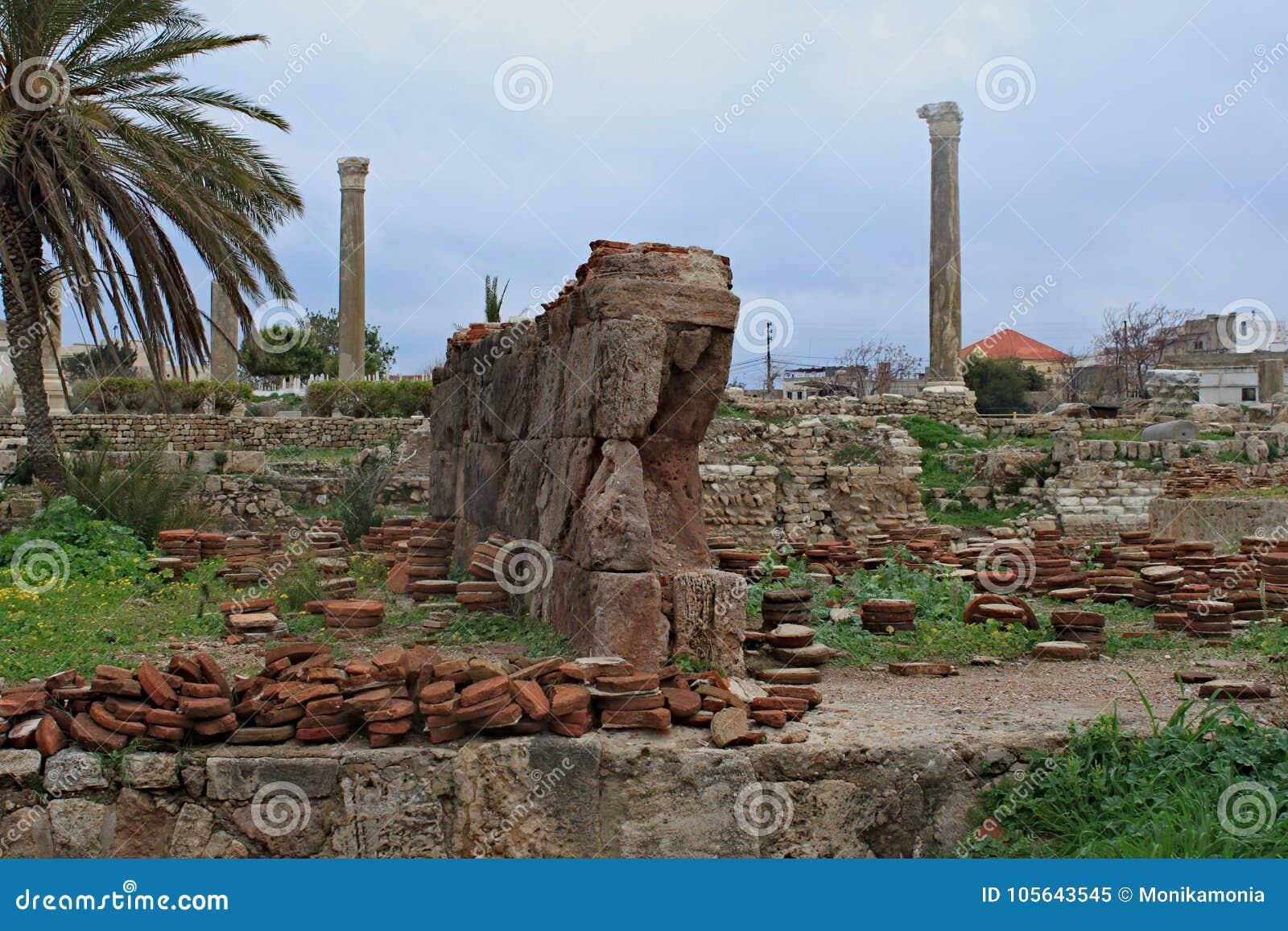 Überreste von alten römischen Spalten im Reifen