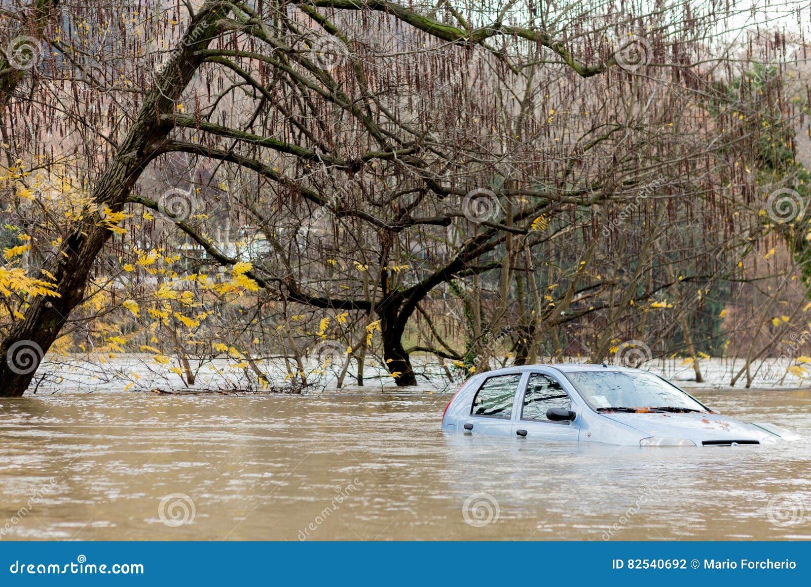 Überschwemmtes Auto bei einem stürmischen Wetter