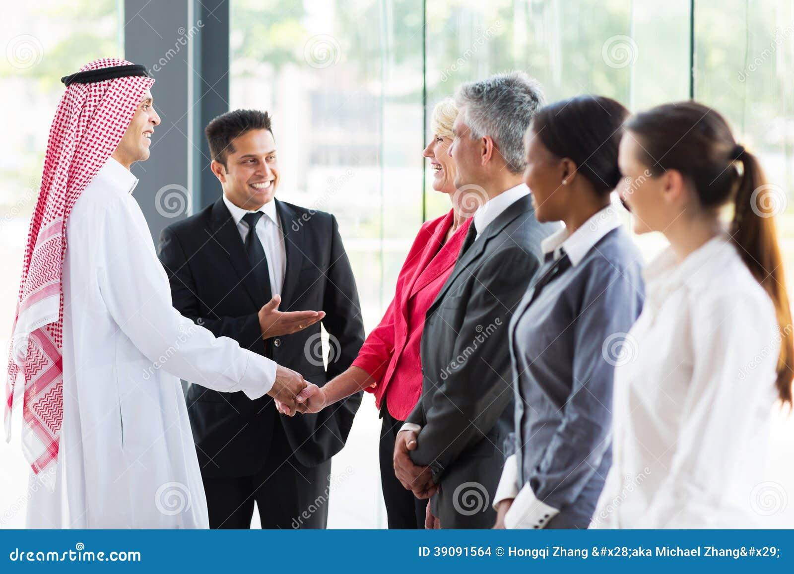 Übersetzer, der arabischen Geschäftsmann vorstellt