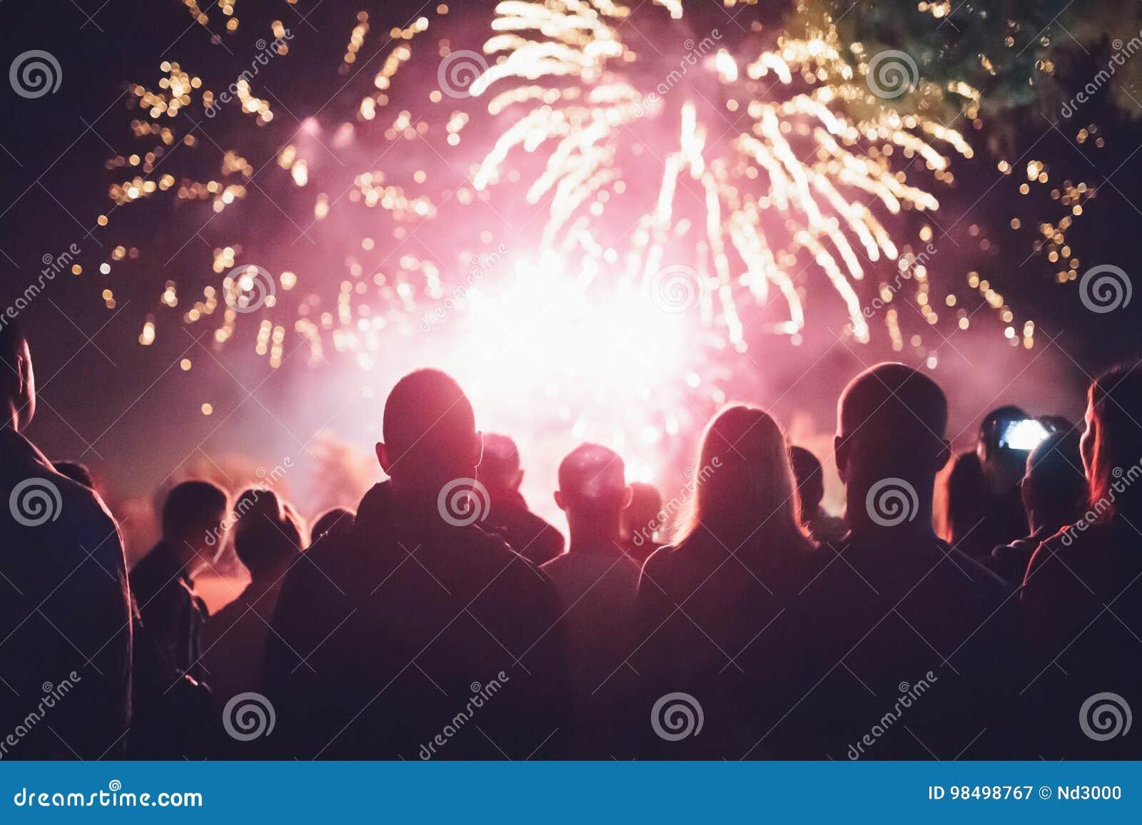 Überwachende Feuerwerke der Masse