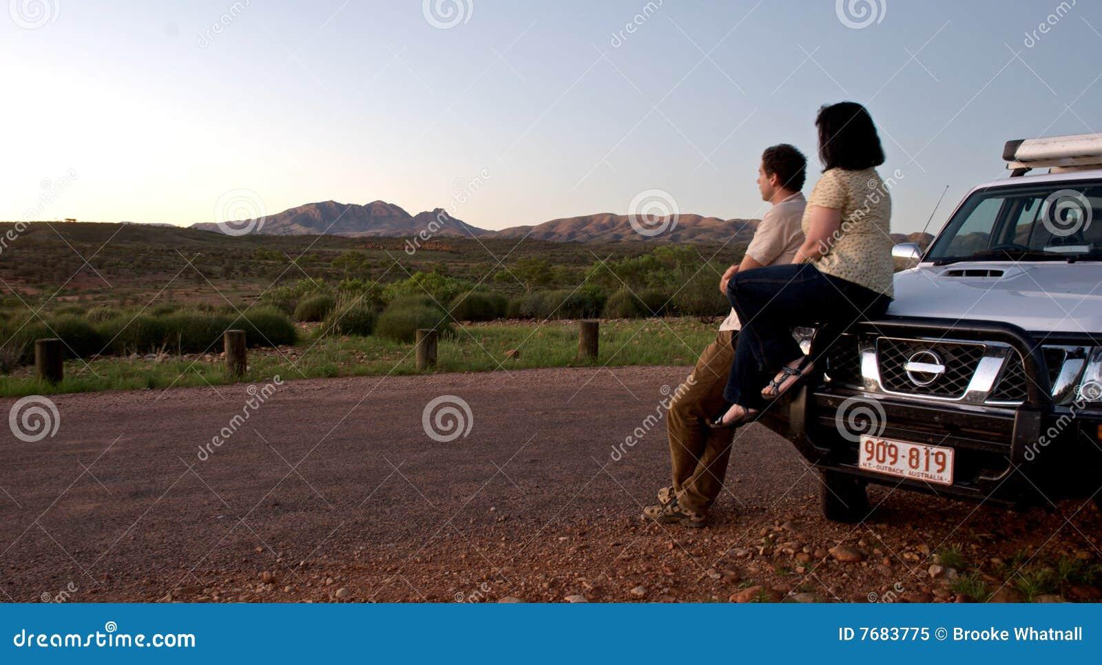 Überwachende Landschaft der Paare vom Auto im Hinterland