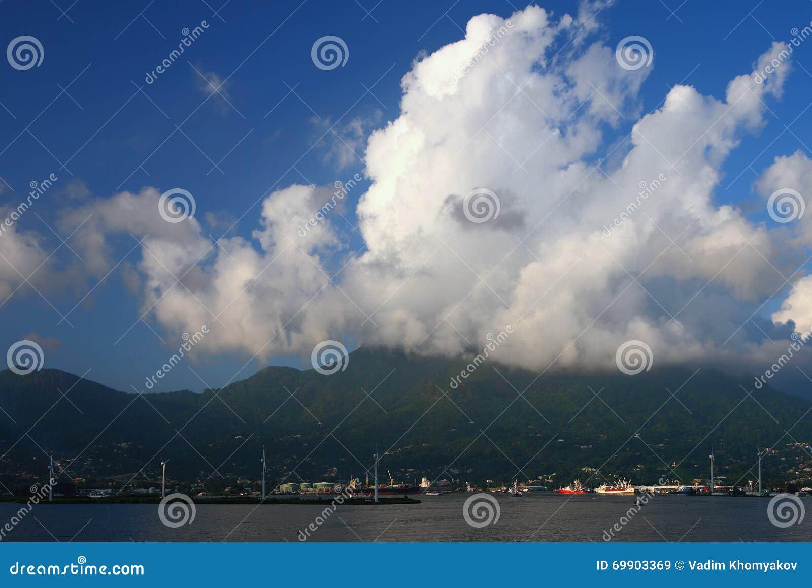 Überwendlingsnaht über Tropeninsel Victoria, Mahe, Seychellen