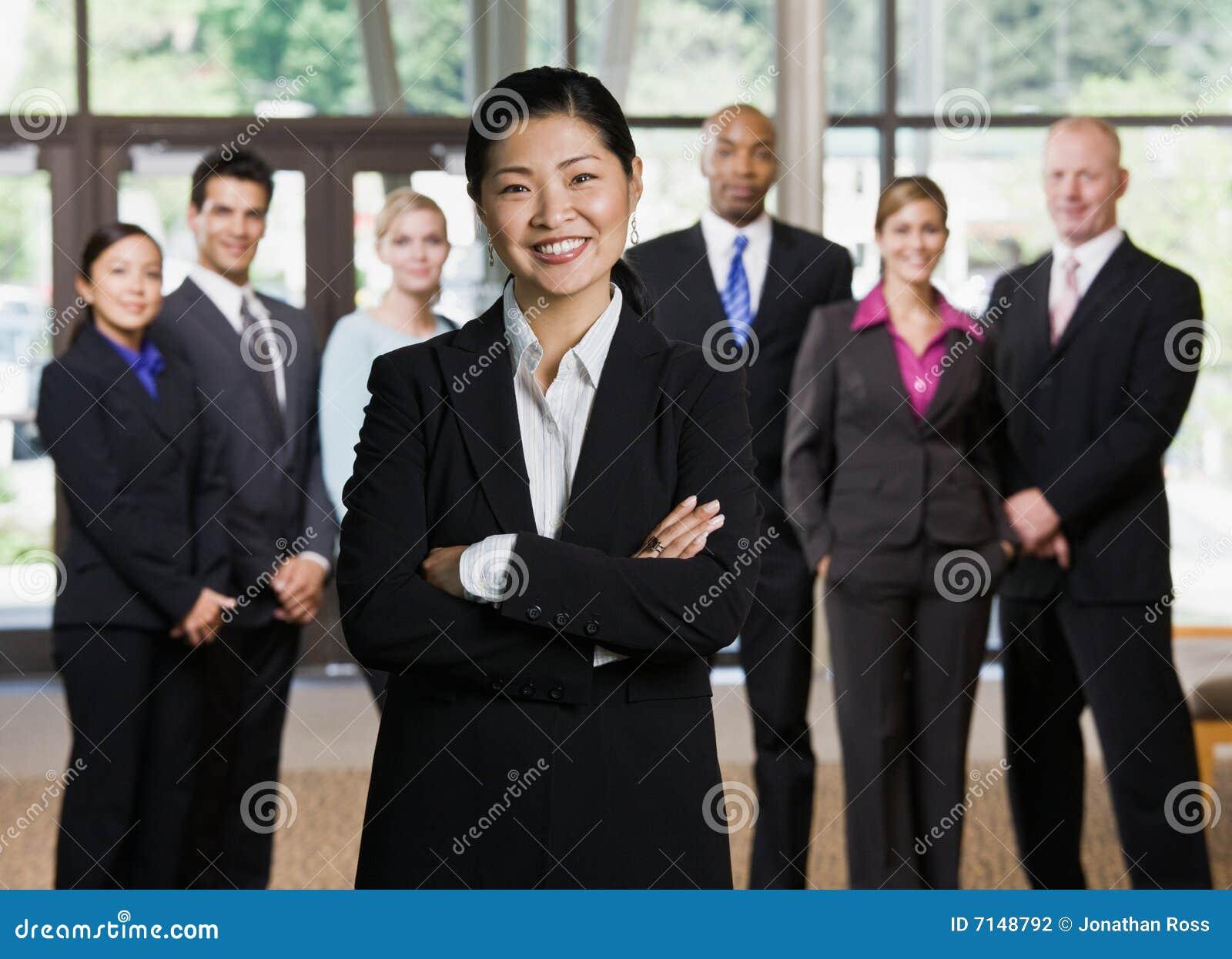 Überzeugte asiatische Geschäftsfrauaufstellung