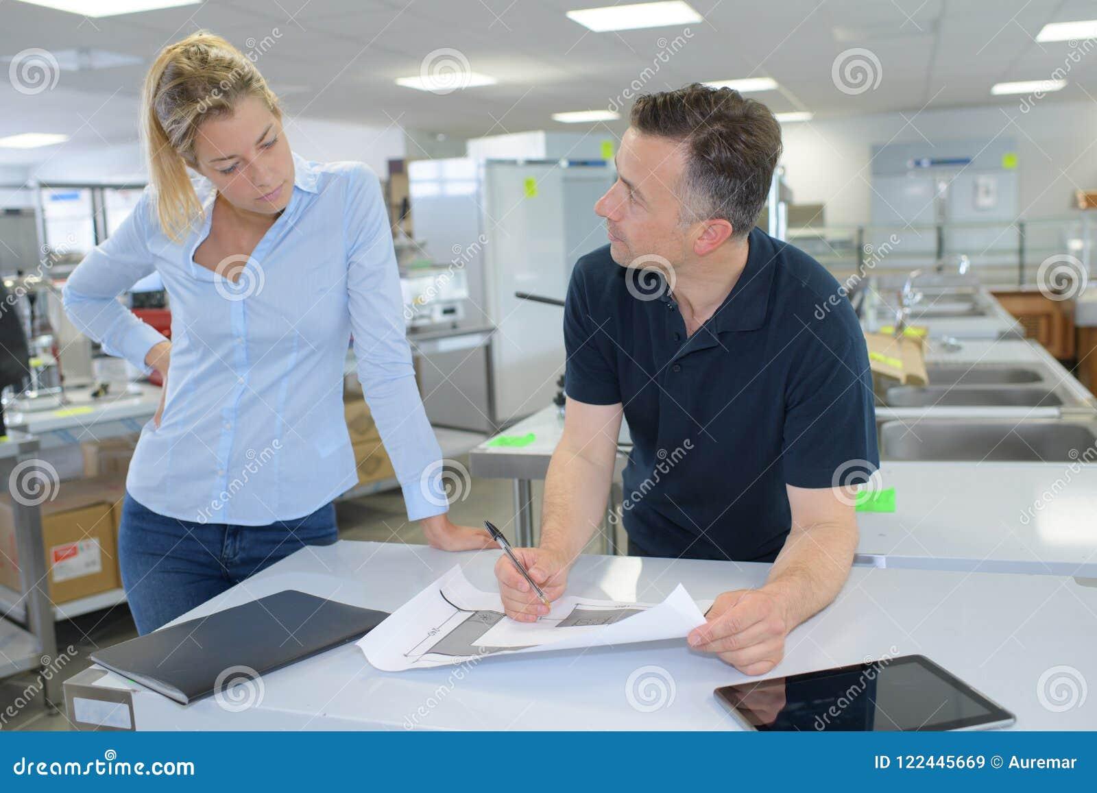 Überzeugte Mitarbeiter, die Pläne im Büro besprechen