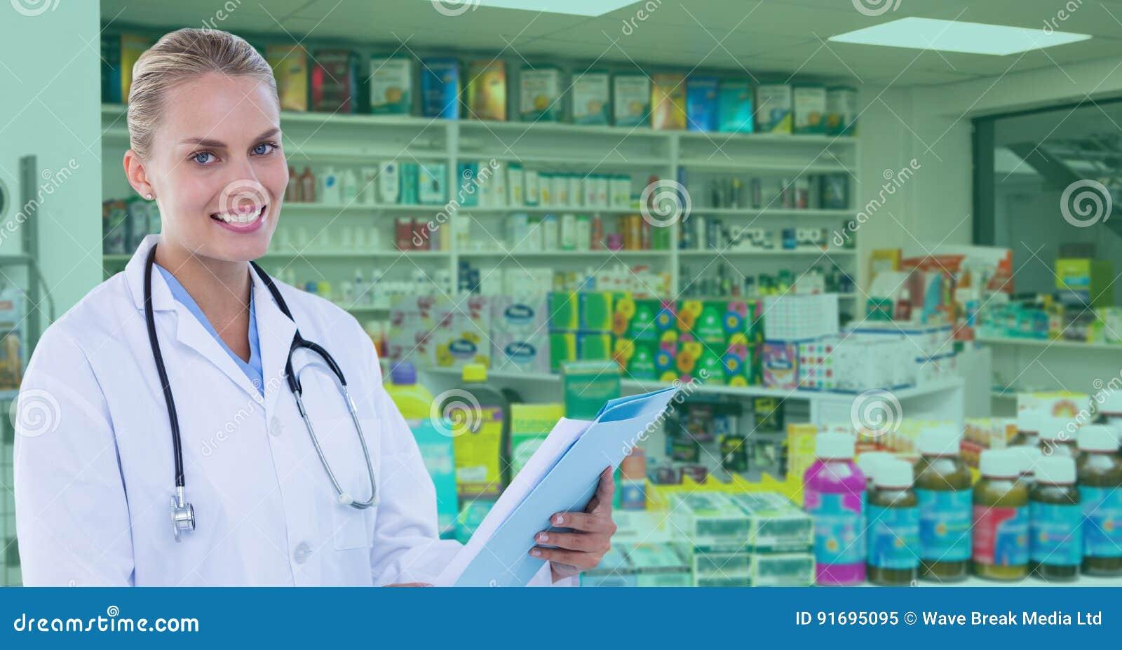Überzeugter Doktor, der an der Apotheke steht