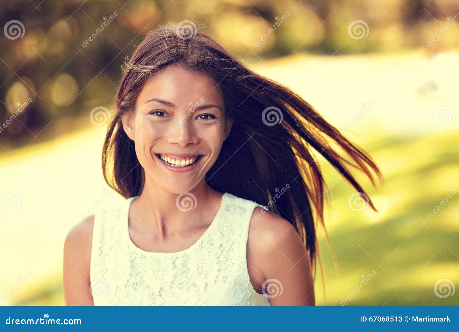 Überzeugtes junges asiatisches chinesisches Schönheitsfrauenlächeln