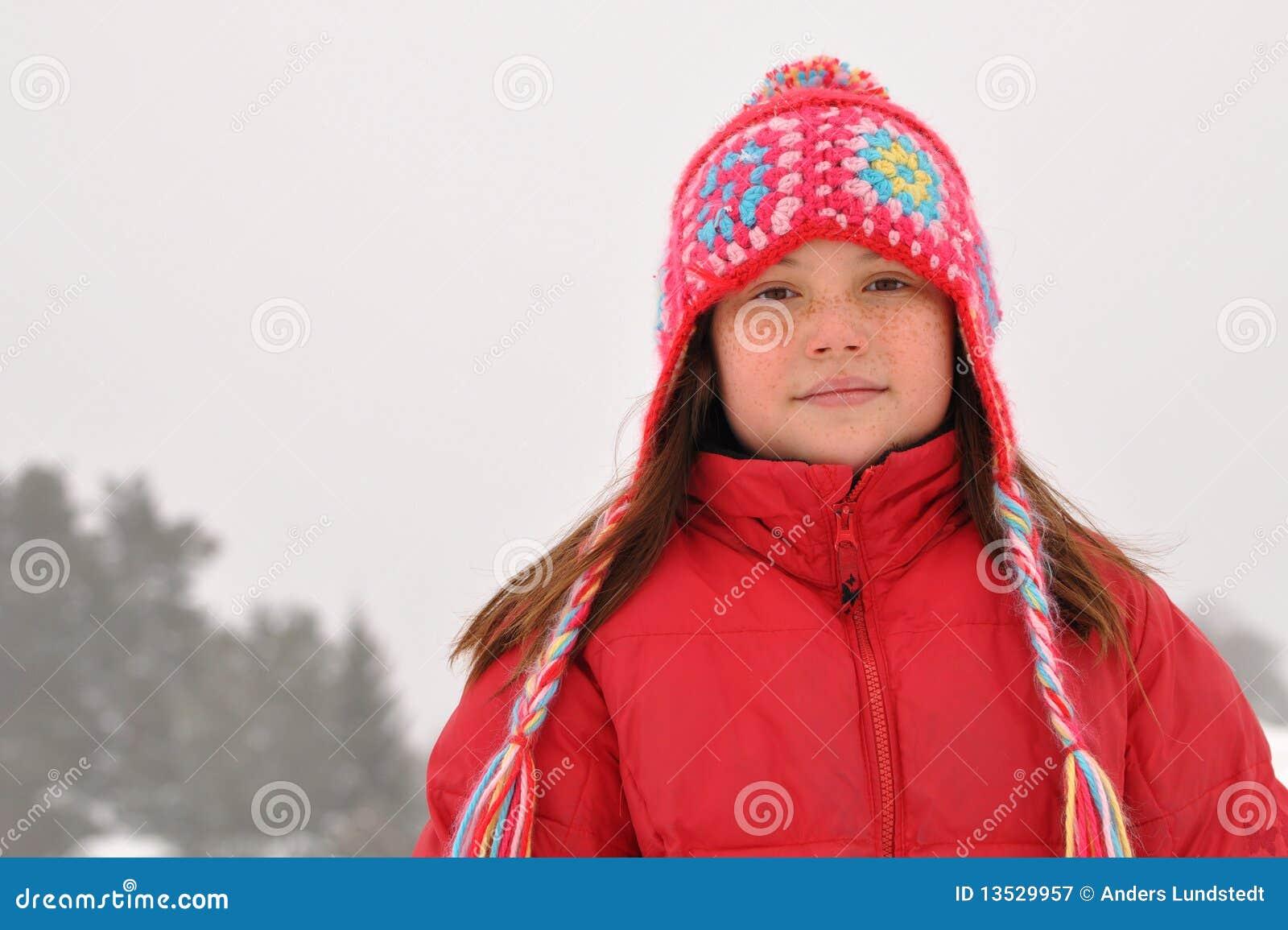 Überzeugtes junges Mädchen im Winter