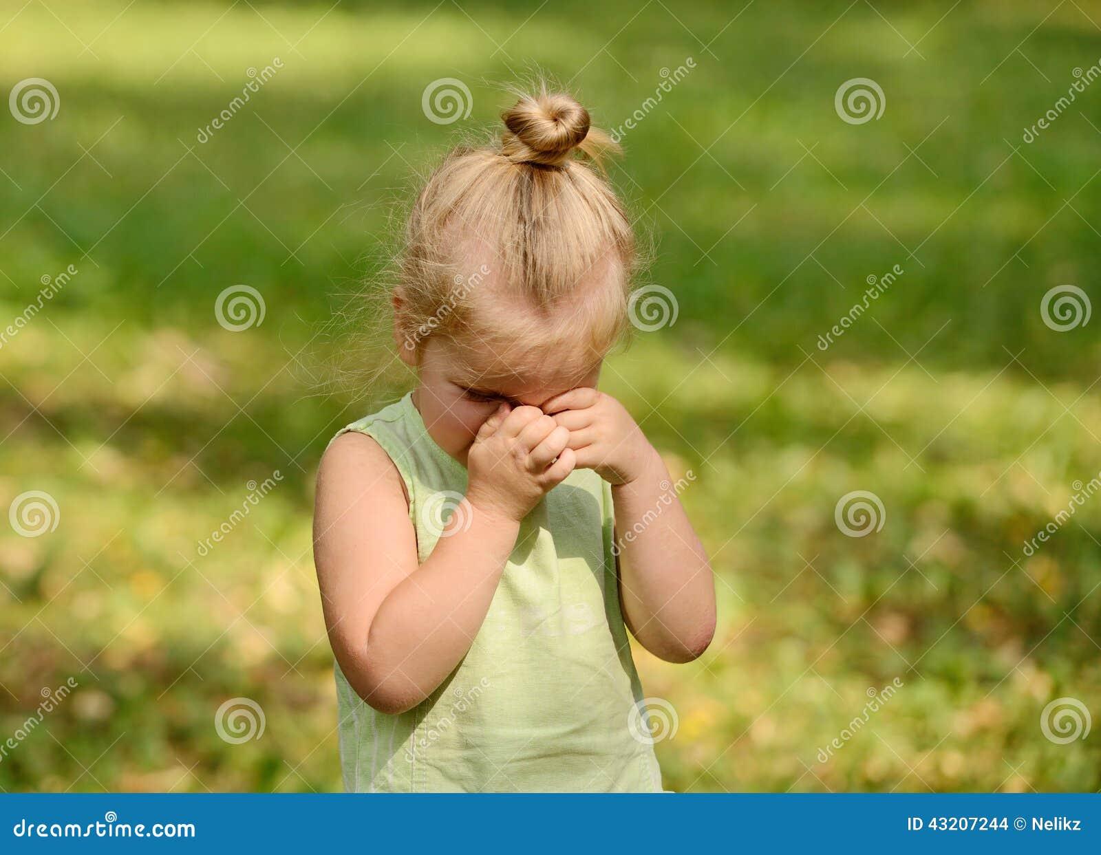 美好哀伤小女孩哭泣 库存照片