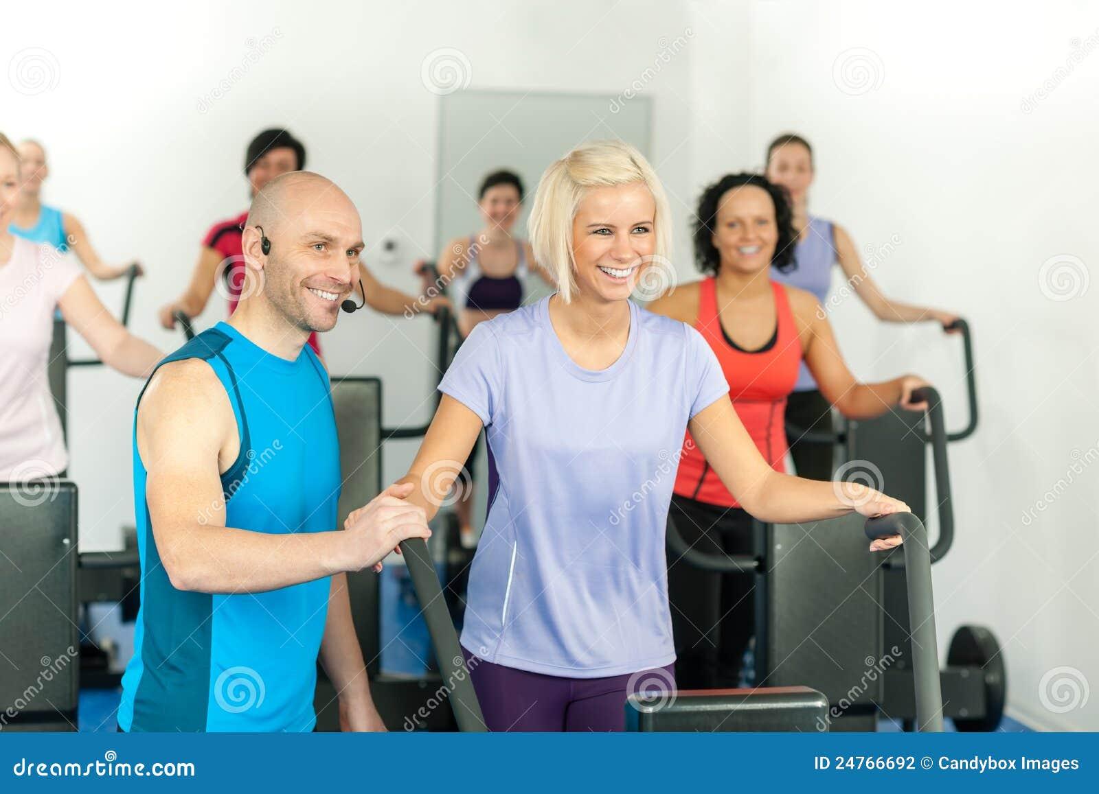 ćwiczenia sprawności fizycznej gym instruktora wiodący ludzie